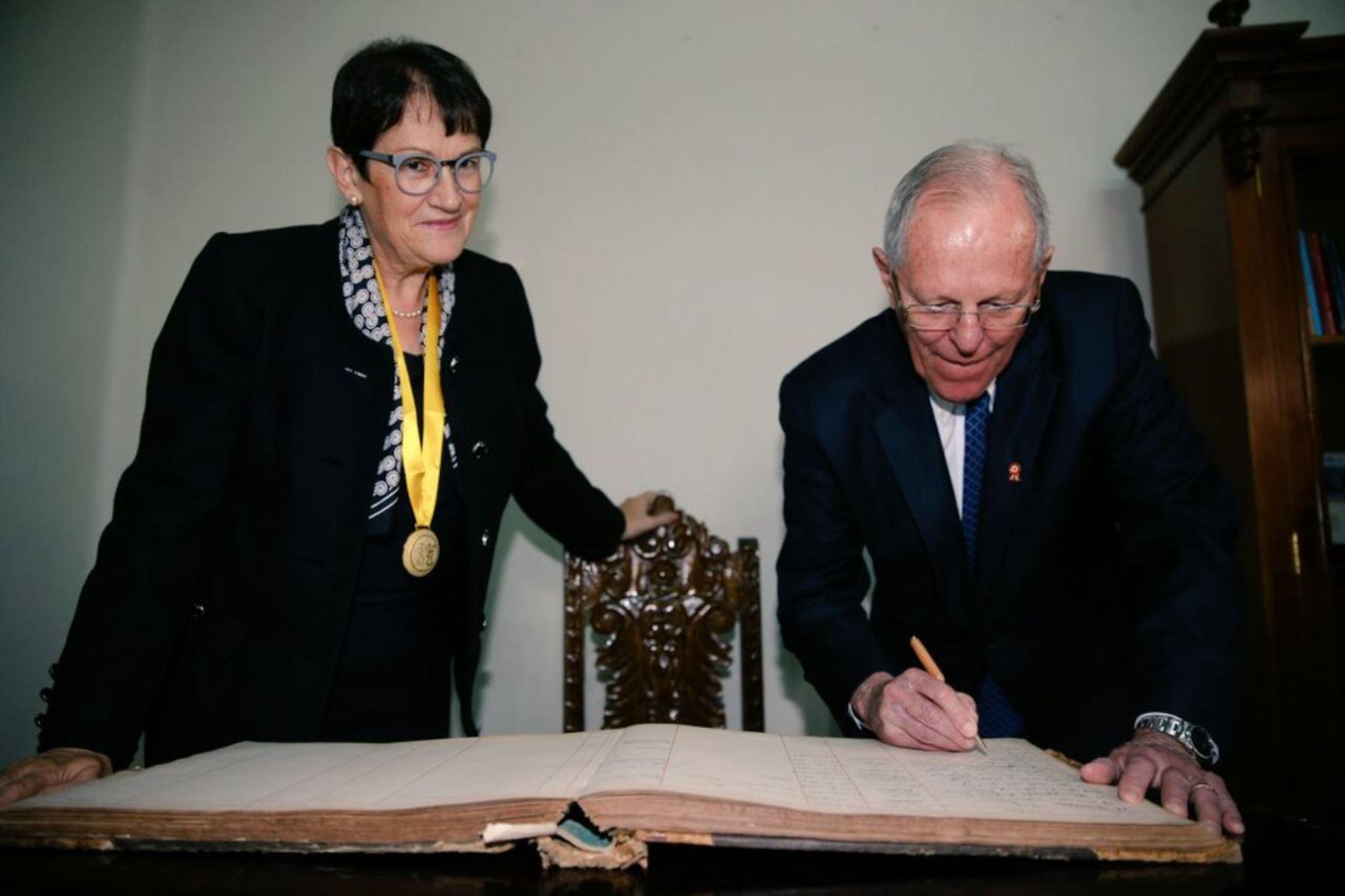 Presidente Pedro Pablo Kuczynski recibió reconocimiento de la Sociedad Geográfica de Lima.