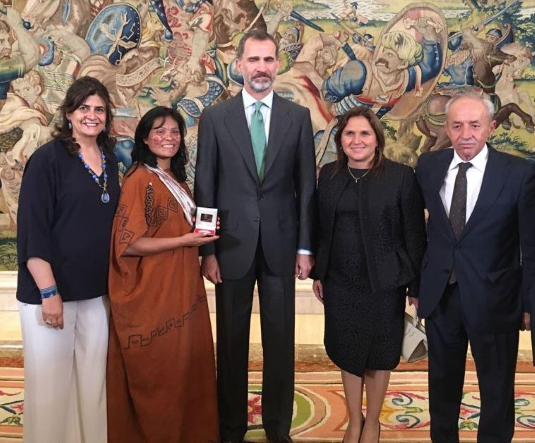 En reconocimiento a su larga trayectoria en defensa del medio ambiente, y por su contribución al desarrollo humano y sostenible, la líder indígena asháninka peruana, Ruth Buendía, fue distinguida con el Premio Bartolomé de las Casas 2016, que otorga el Gobierno de España.