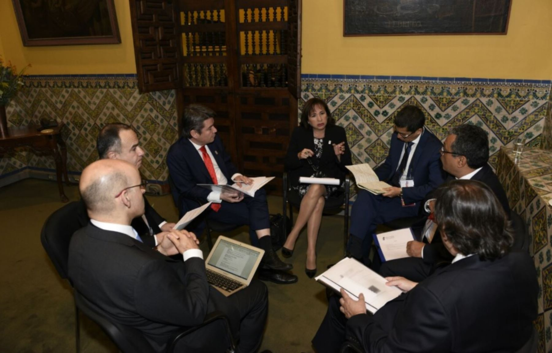 La ministra del Ambiente del Perú, Elsa Galarza Contreras, y el ministro del Medio Ambiente de Chile, Marcelo Mena Carrasco, junto a sus equipos técnicos dialogan en el marco del Primer Gabinete Binacional celebrado en Lima.
