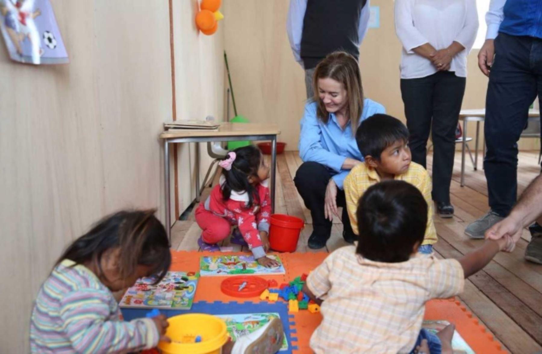 """Como parte de las acciones de respuesta tras El Niño Costero, el Ministerio de Educación (Minedu), en alianza con el Fondo de las Naciones Unidas para la Infancia (Unicef) y la Dirección Regional de Educación de Piura, inauguró hoy 14 aulas temporales del programa """"Escuelas Cercanas"""" para atender a 391 escolares damnificados de Piura."""