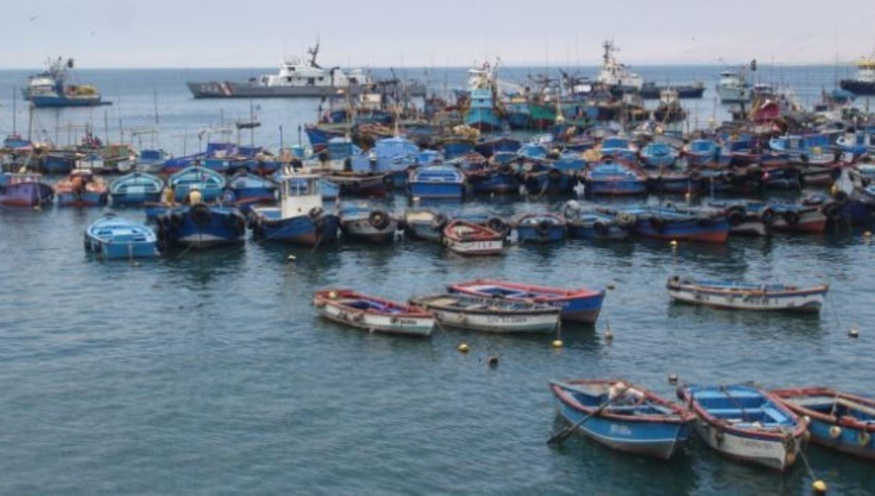 Oleajes moderados a fuertes obligan a cerrar 80 puertos en todo el litoral