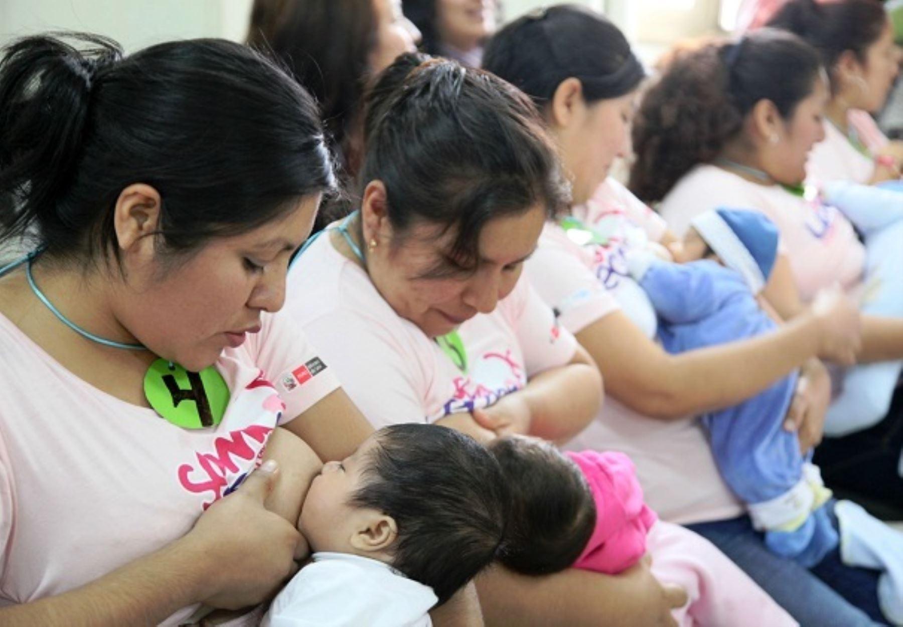 La leche materna no solo tiene beneficios de salud y físicos, también emocionales para los bebés. ANDINA/Difusión