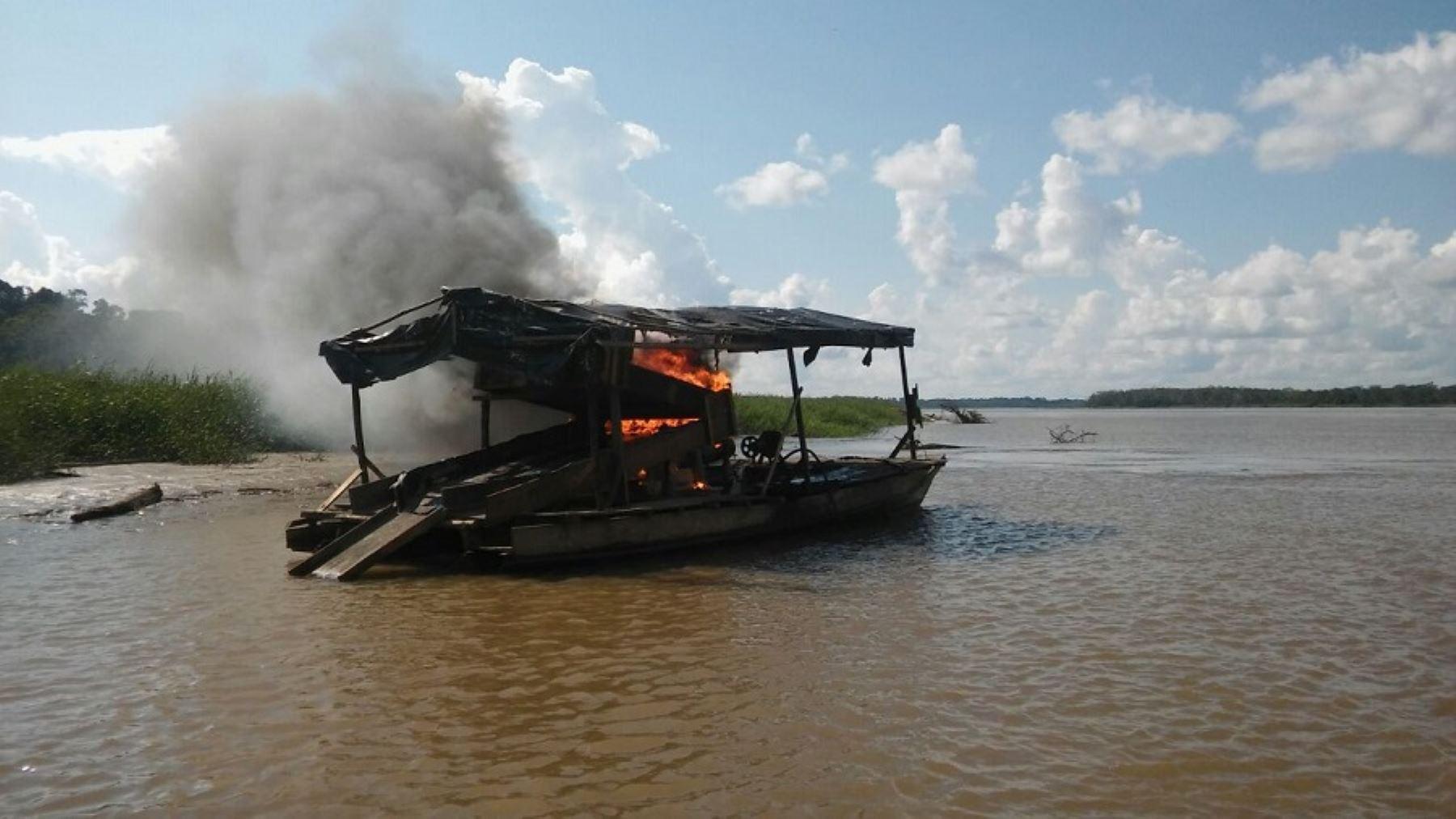 Destrucción de dragas utilizadas por la minería ilegal en la selva peruana
