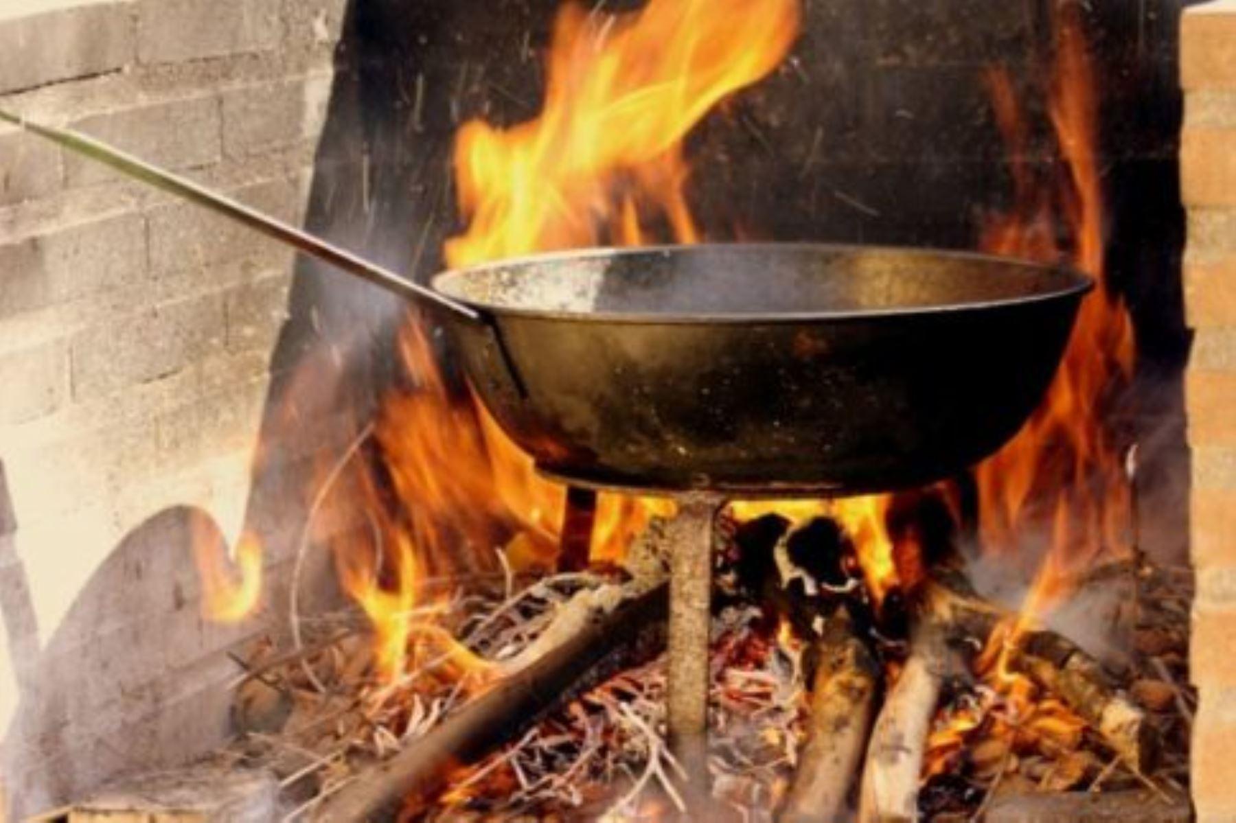 Cocinar con leña en ambientes cerrados es perjudicial para la salud. Foto: Internet