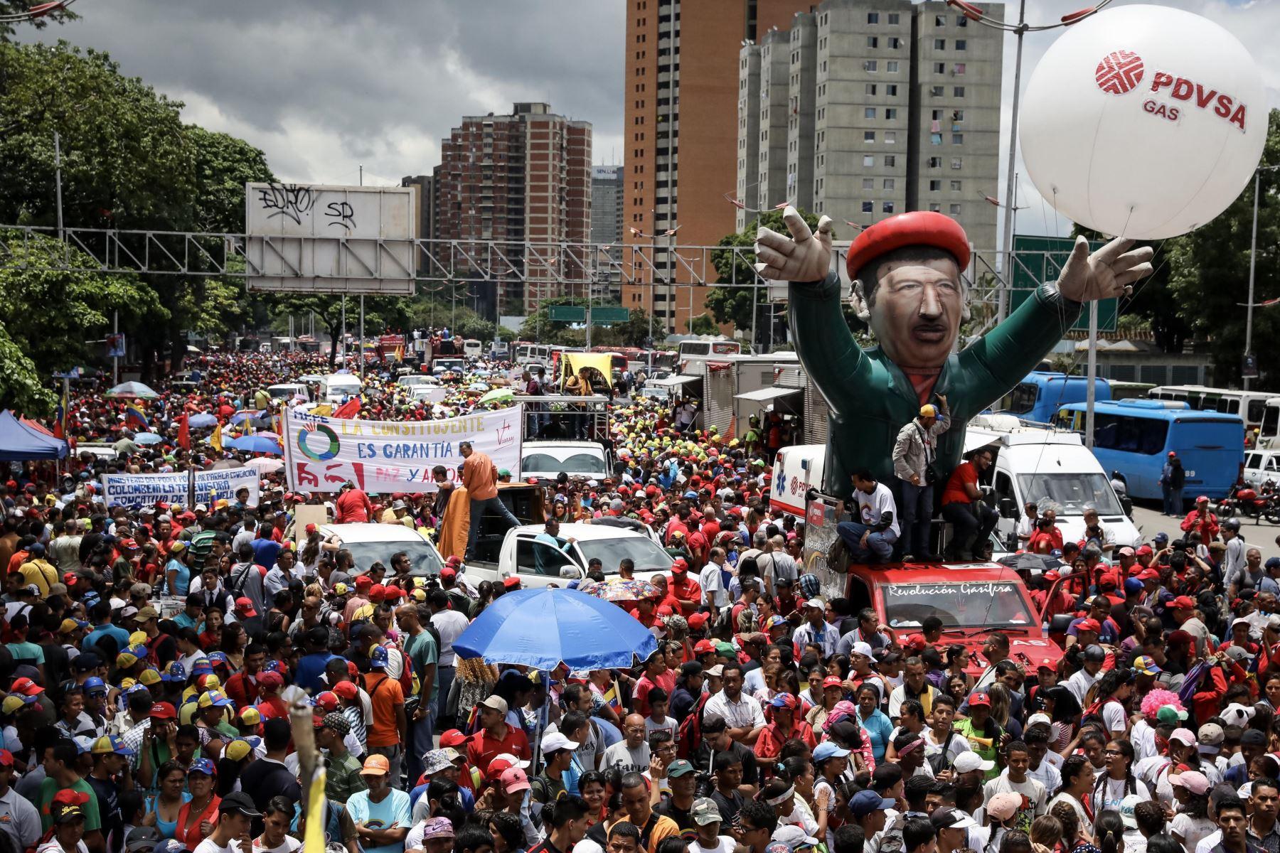 Chavistas participan en una manifestación para apoyar la instalación de la Asamblea Nacional Constituyente. Foto: Efe.