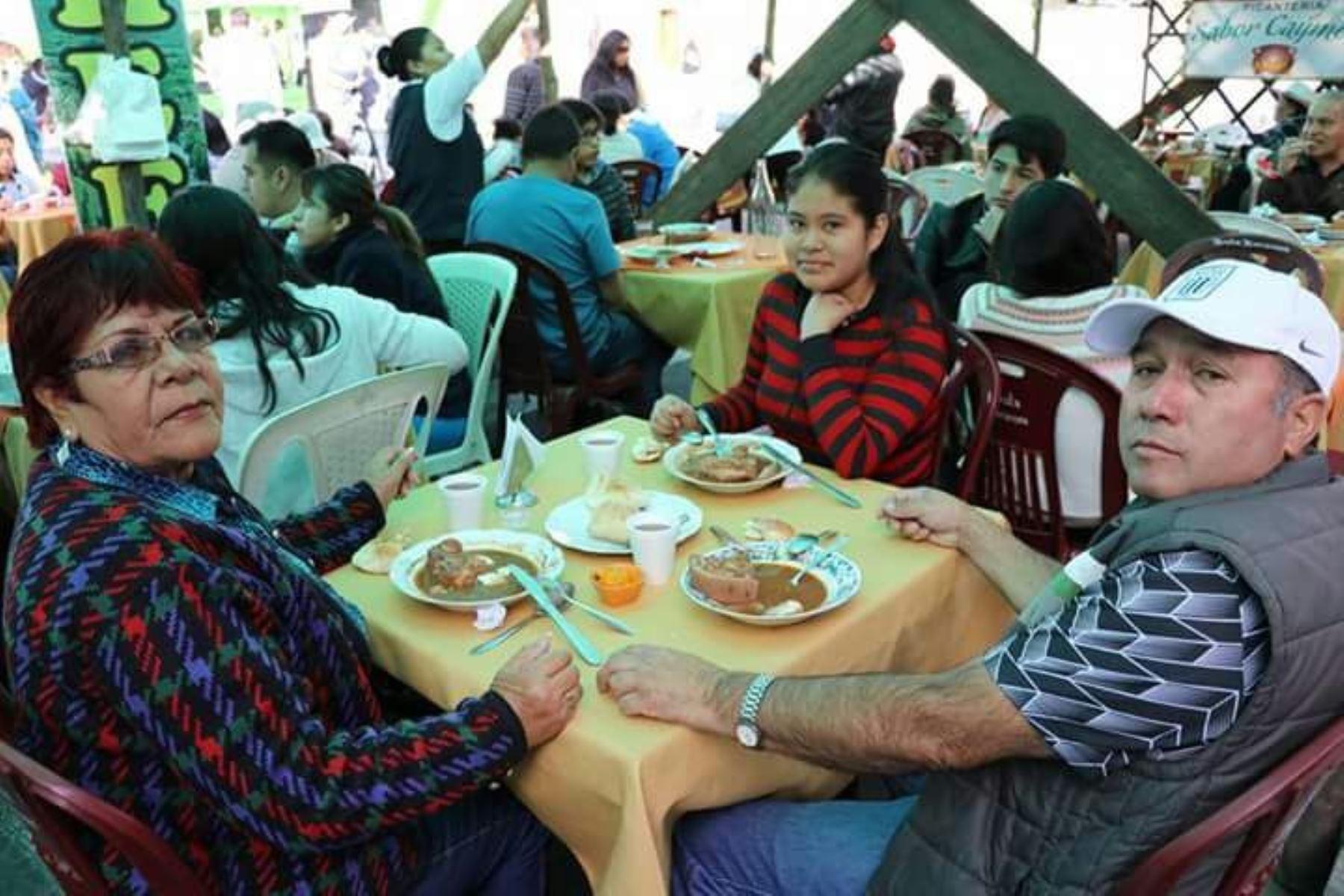 El público degusta el exquisito adobo arequipeño.