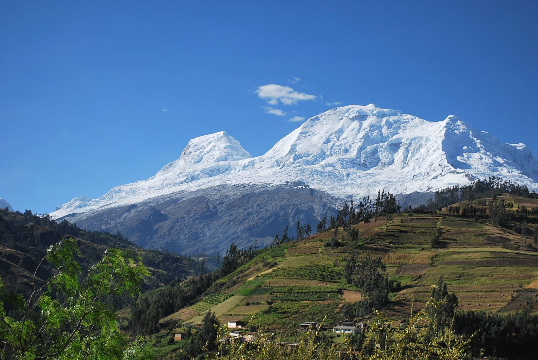 Científicos escalan nevado Huascarán para estudiar montaña.