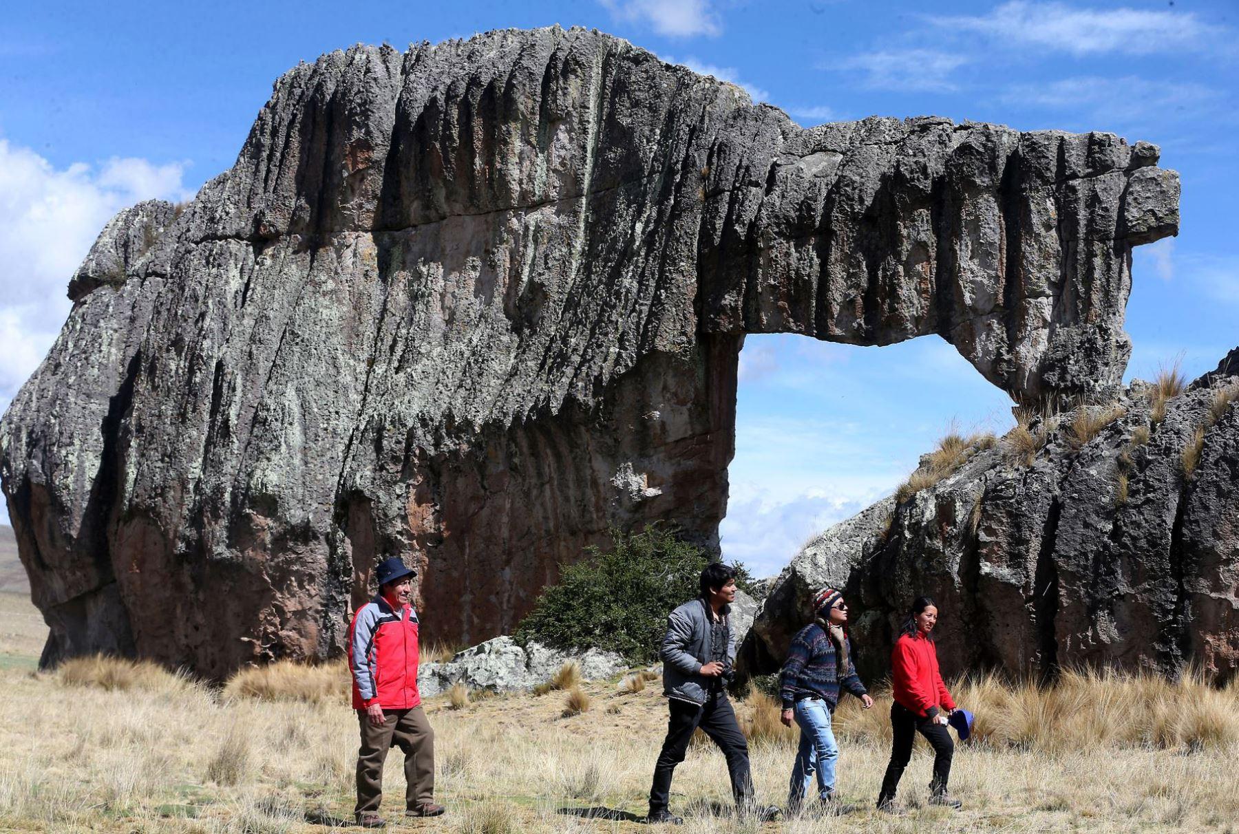 El geoturismo es una actividad recreativa que hace referencia a un turismo sostenible, donde se destaca el patrimonio geológico, la geodiversidad y la biodiversidad de un determinado territorio, con paisajes singulares, además de los valores culturales asociados. En el Día Mundial del Turismo, conoce siete destinos extraordinarios del Perú para realizar esta modalidad de turismo. ANDINA/Difusión