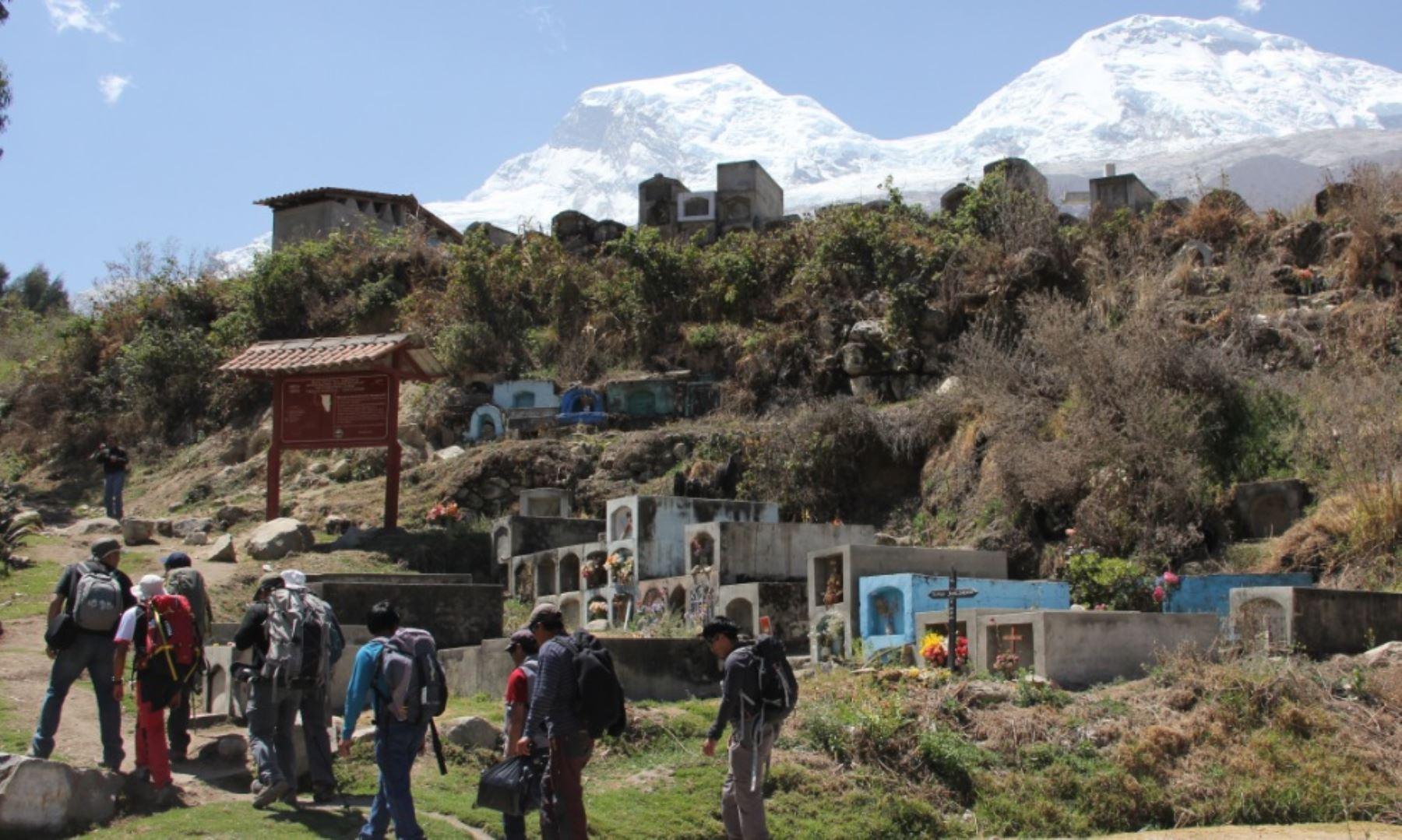 Al promediar las 08:15 horas de hoy, la expedición científica del Instituto Nacional de Investigación en Glaciares y Ecosistemas de Montaña (Inaigem). llegó a la cumbre sur del nevado Huascarán