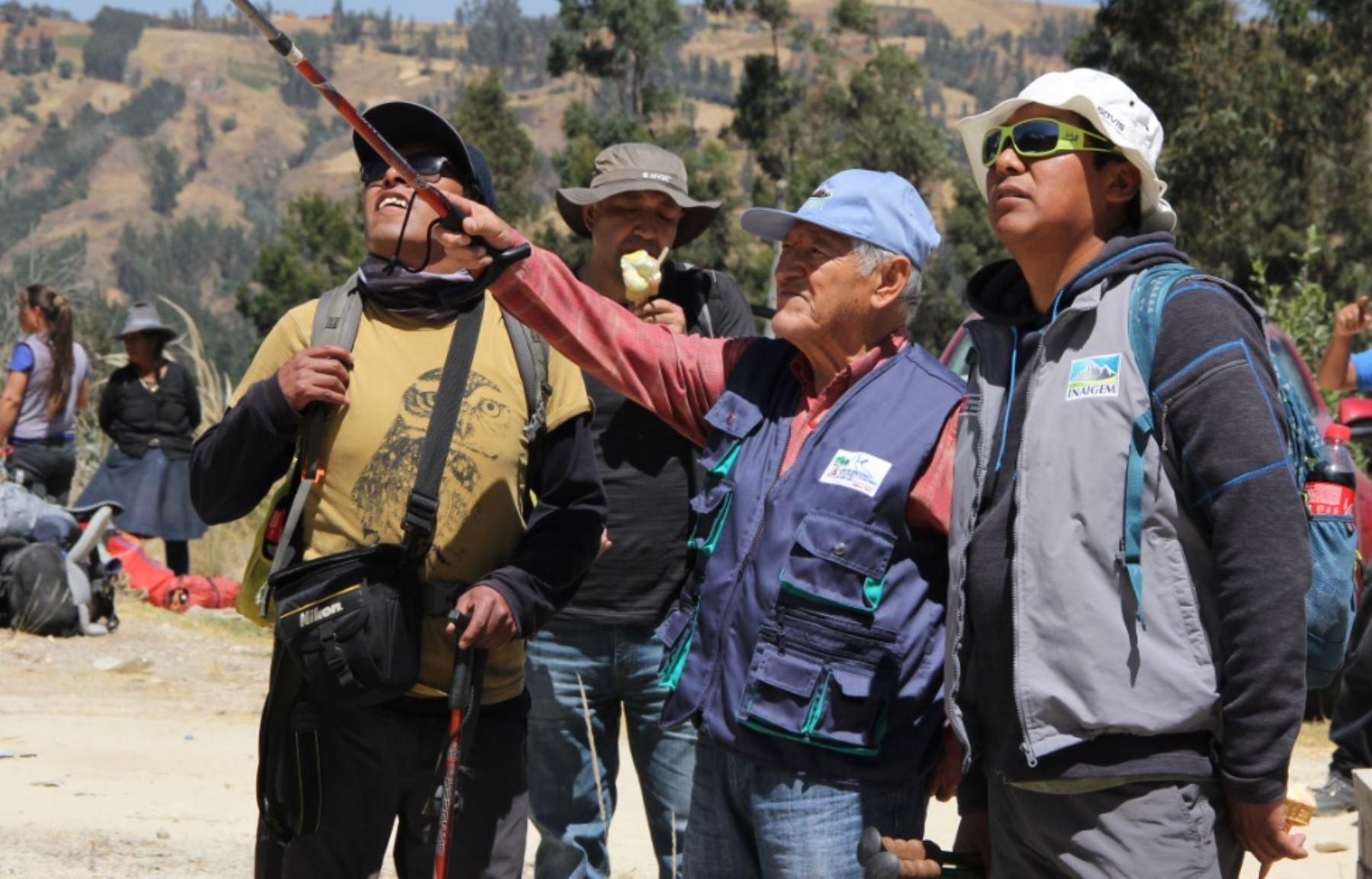 Al promediar las 08:15 horas de hoy, la expedición científica del Instituto Nacional de Investigación en Glaciares y Ecosistemas de Montaña (Inaigem). llegó a la cumbre sur del nevado Huascarán.