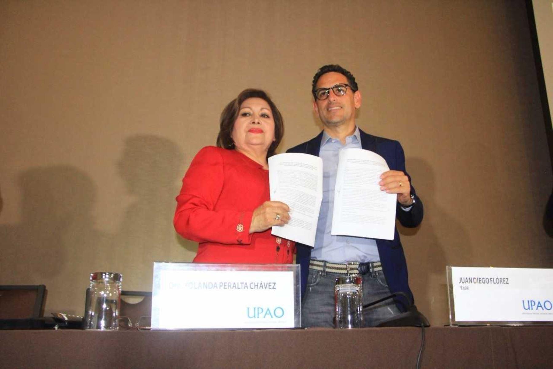 El convenio fue firmado por Juan Diego Flores, en representación de Sinfonía por el Perú, y la rectora de la UPAO, Yolanda Peralta Chávez.