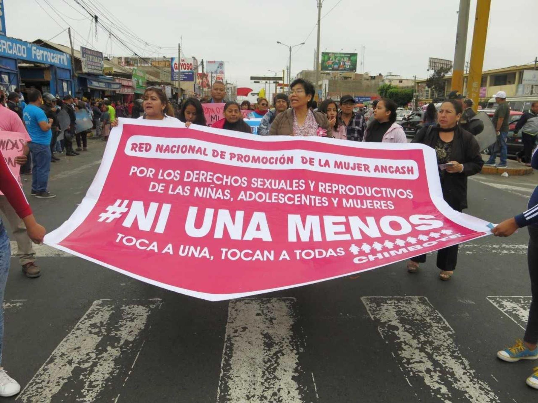 Las delegaciones recorrieron las calles principales de la ciudad de Chimbote y culminaron con una pequeña concentración en la Plaza 28 de Julio o también conocida como Plaza Grau.