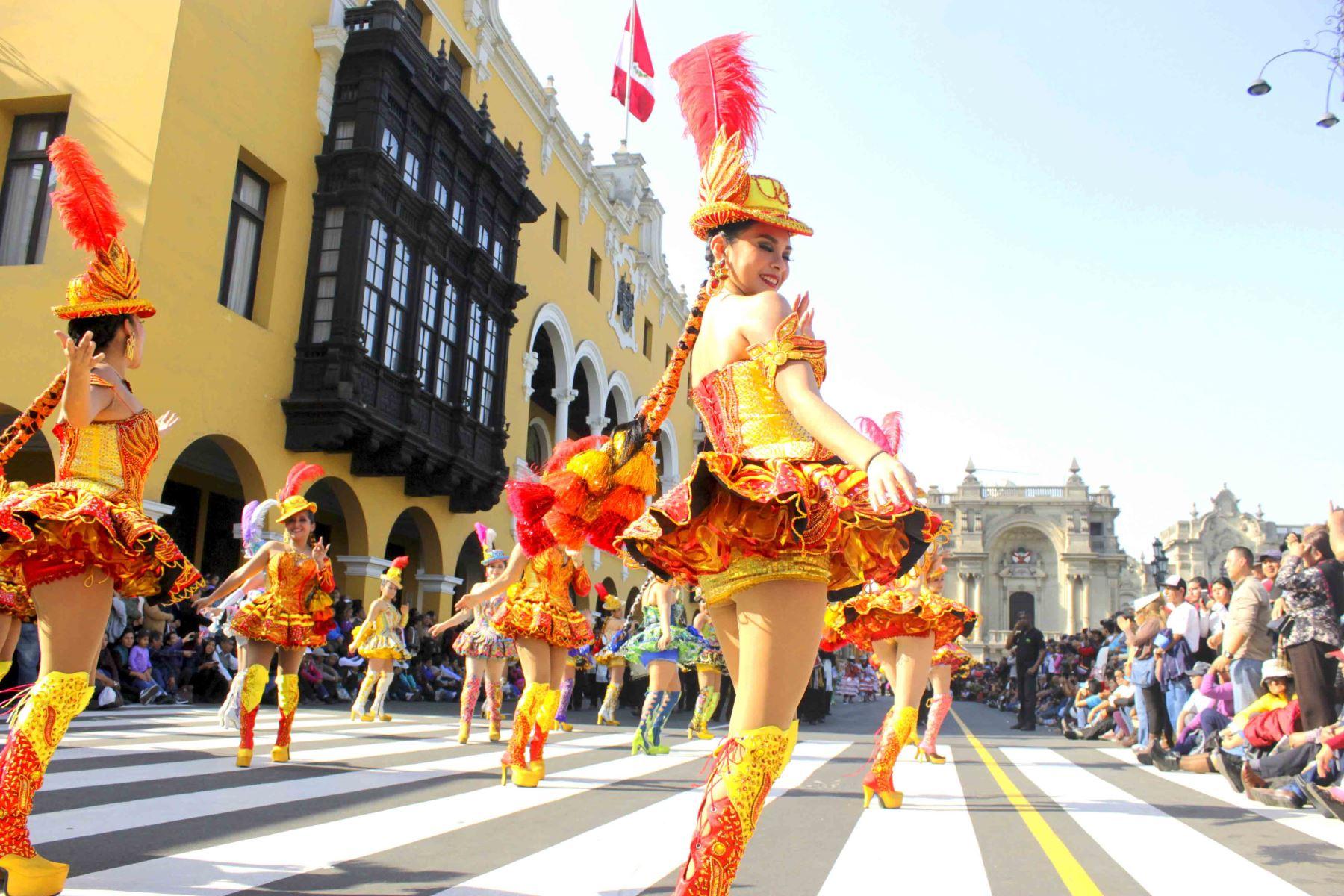 Danzantes tomaron el Centro Histórico de Lima por el Día Mundial del Folclore.