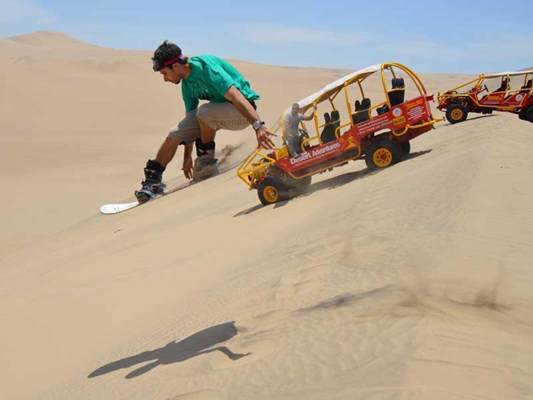 """El Perú ostenta espectaculares paisajes, como las dunas de Ica, que atraen cada vez más a visitantes de todo el mundo interesados en vivir una experiencia de aventura inolvidable mediante la práctica del """"Sandboard"""" y el paseo en autos tubulares. ANDINA/Difusión"""