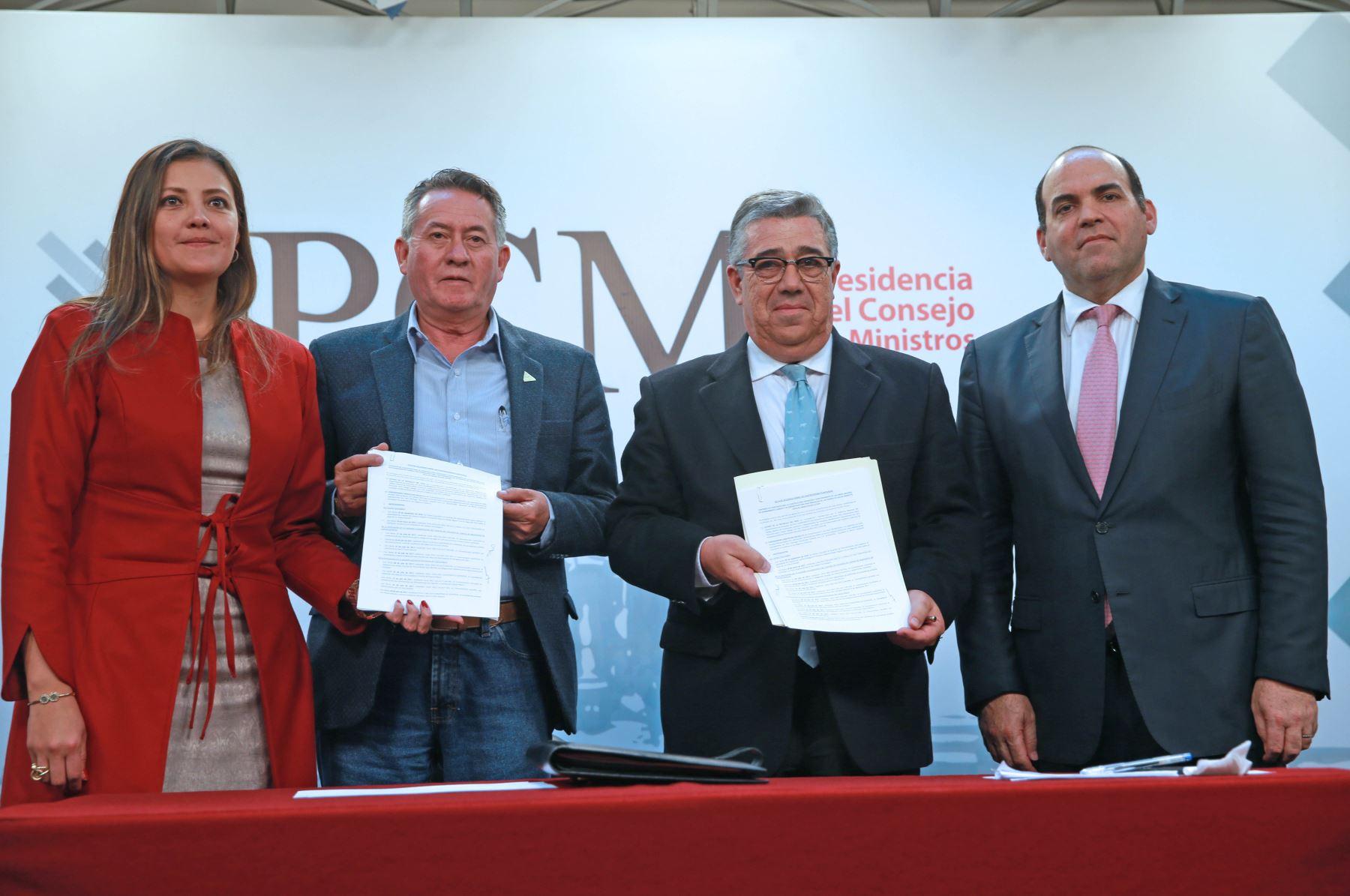 El Ejecutivo y el Gobierno Regional de Arequipa suscribieron hoy un convenio para reimpulsar el proyecto Majes-Siguas 2, mediante la implementación de riego tecnificado, para un aprovechamiento eficiente del agua y en beneficio de 38,000 hectáreas del valle. ANDINA/Dante Zegarra