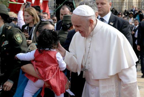 Presidente colombiano Juan Manuel Santos recibe a Papa Francisco. Foto: AFP