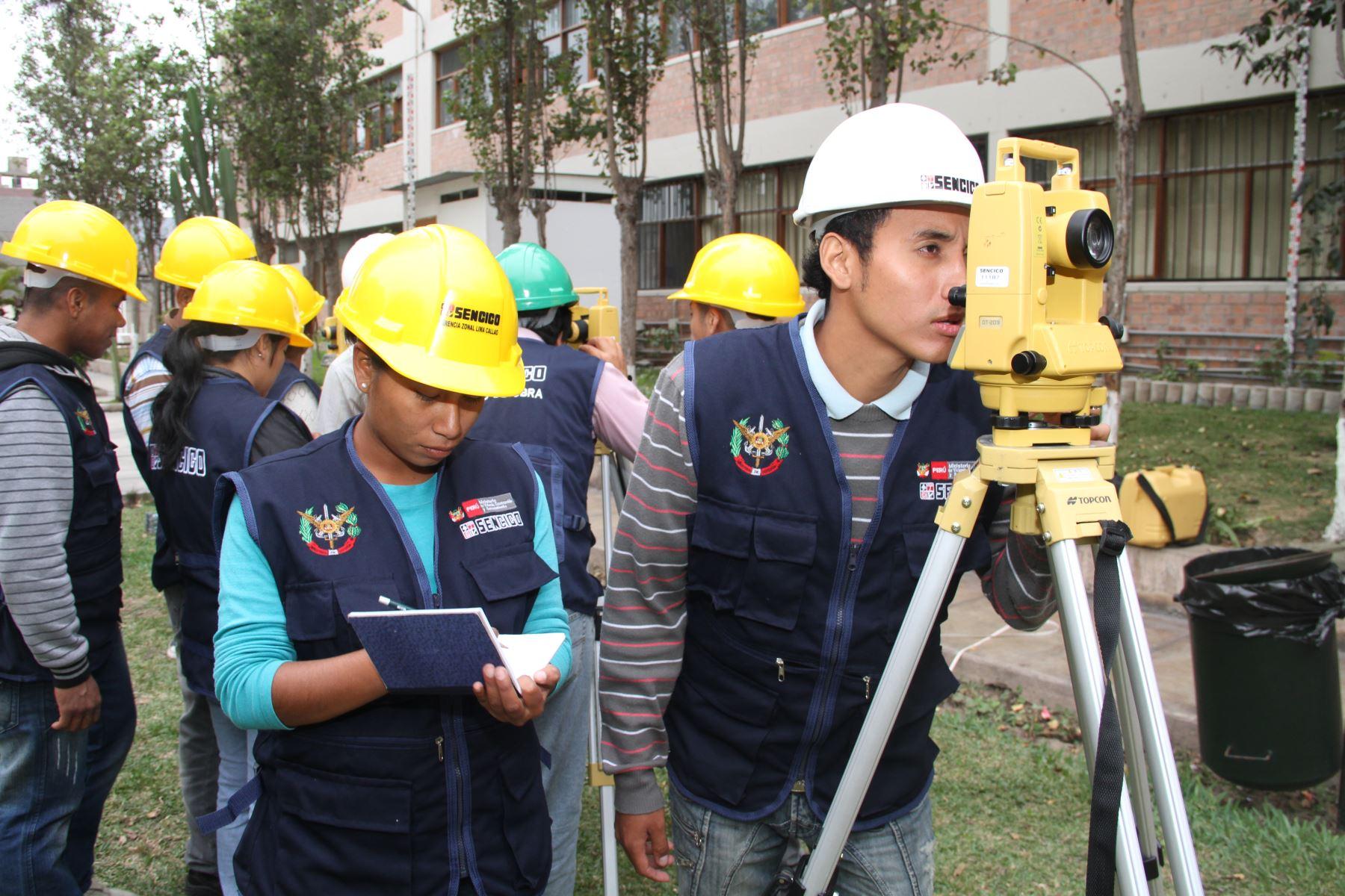 Jóvenes becarios estudian en Sencico. Foto: Difusión