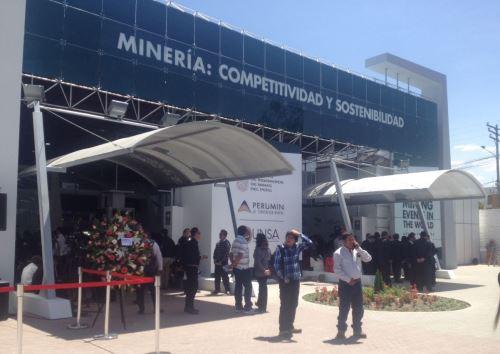 Perumin 34 Convención Minera, que se inaugura mañana lunes 16 en la ciudad de Arequipa, estima recibir a un aproximado de 60,000 asistentes durante los cinco días de duración del encuentro que reunirá a líderes empresariales, inversionistas, autoridades, funcionarios públicos, profesionales y estudiantes provenientes de 40 países del mundo.ANDINA