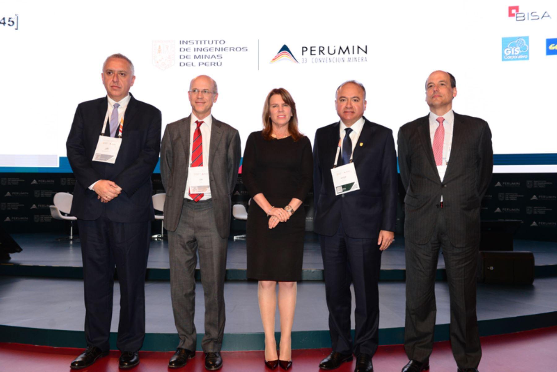 Ministra de Energía y Minas, Cayetana Aljovín (al centro) en feria internacional Perumin. Foto: Cortesía Perumin