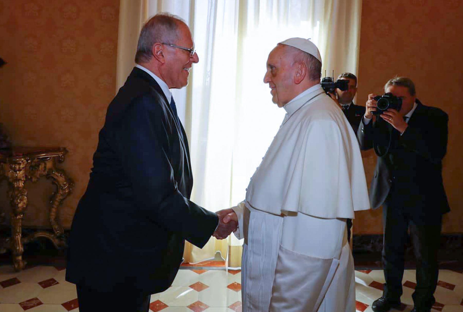 Presidente Pedro Pablo Kuczynski saluda al papa Francisco en Roma. ANDINA/Prensa Presidencia