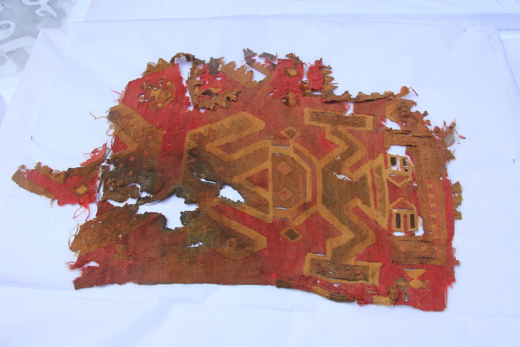 Hallan cuatro esculturas, un cetro de madera, vasijas y telares y otros vestigios en Chan Chan. ANDINA/Luis Puell