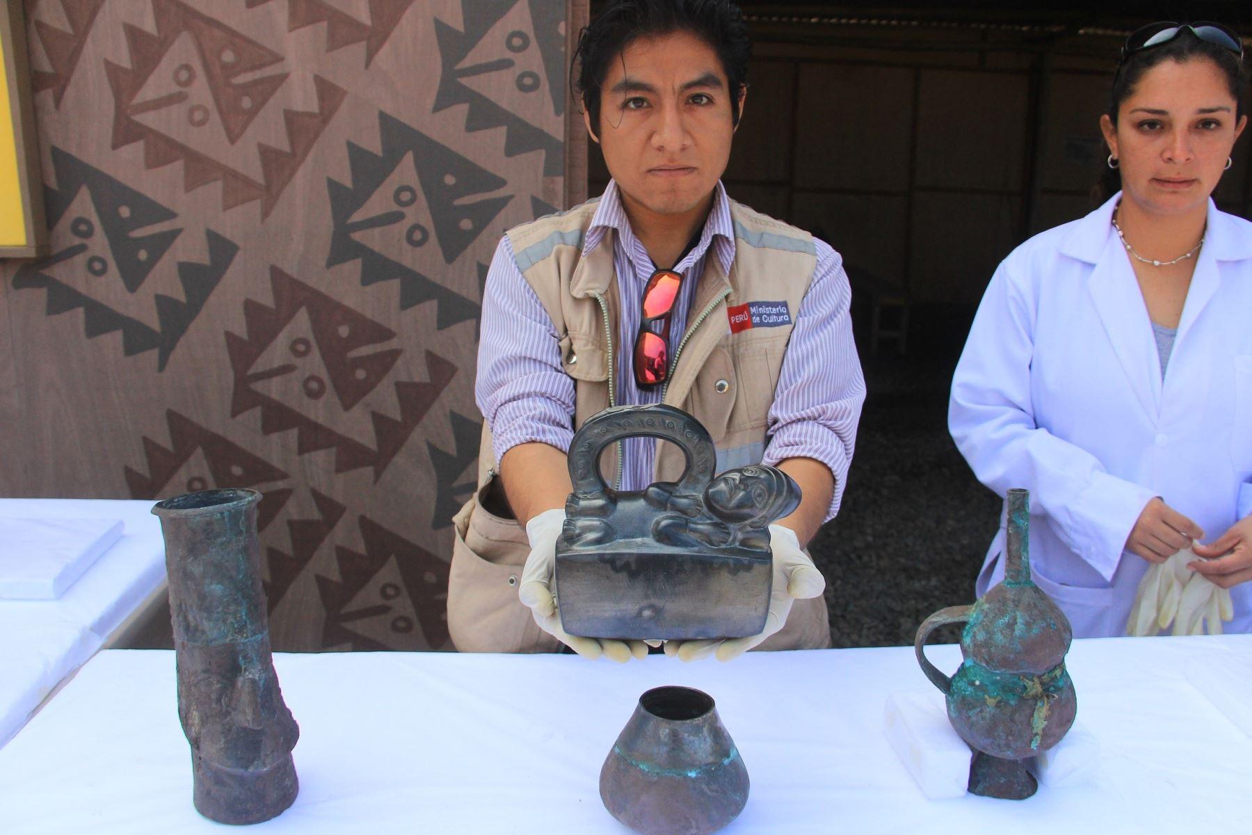 Hallan cuatro esculturas, un cetro de madera, vasijas y telares y otros vestigios en Chan Chan. ANDINA