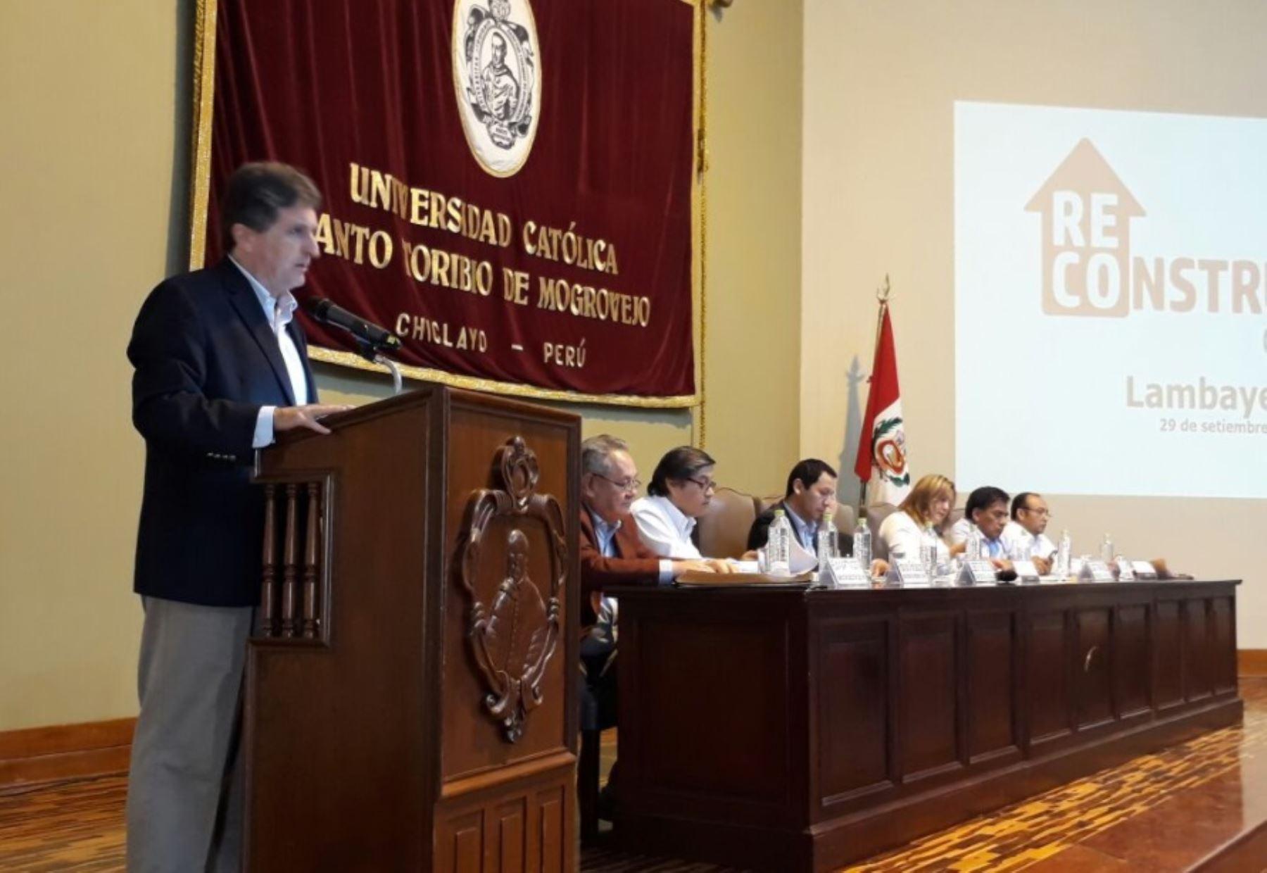 El director ejecutivo de la Autoridad para la Reconstrucción con Cambios, Pablo de la Flor, expone alcances del Plan Integral de Reconstrucción con Cambios a las autoridades regionales y locales de Lambayeque.