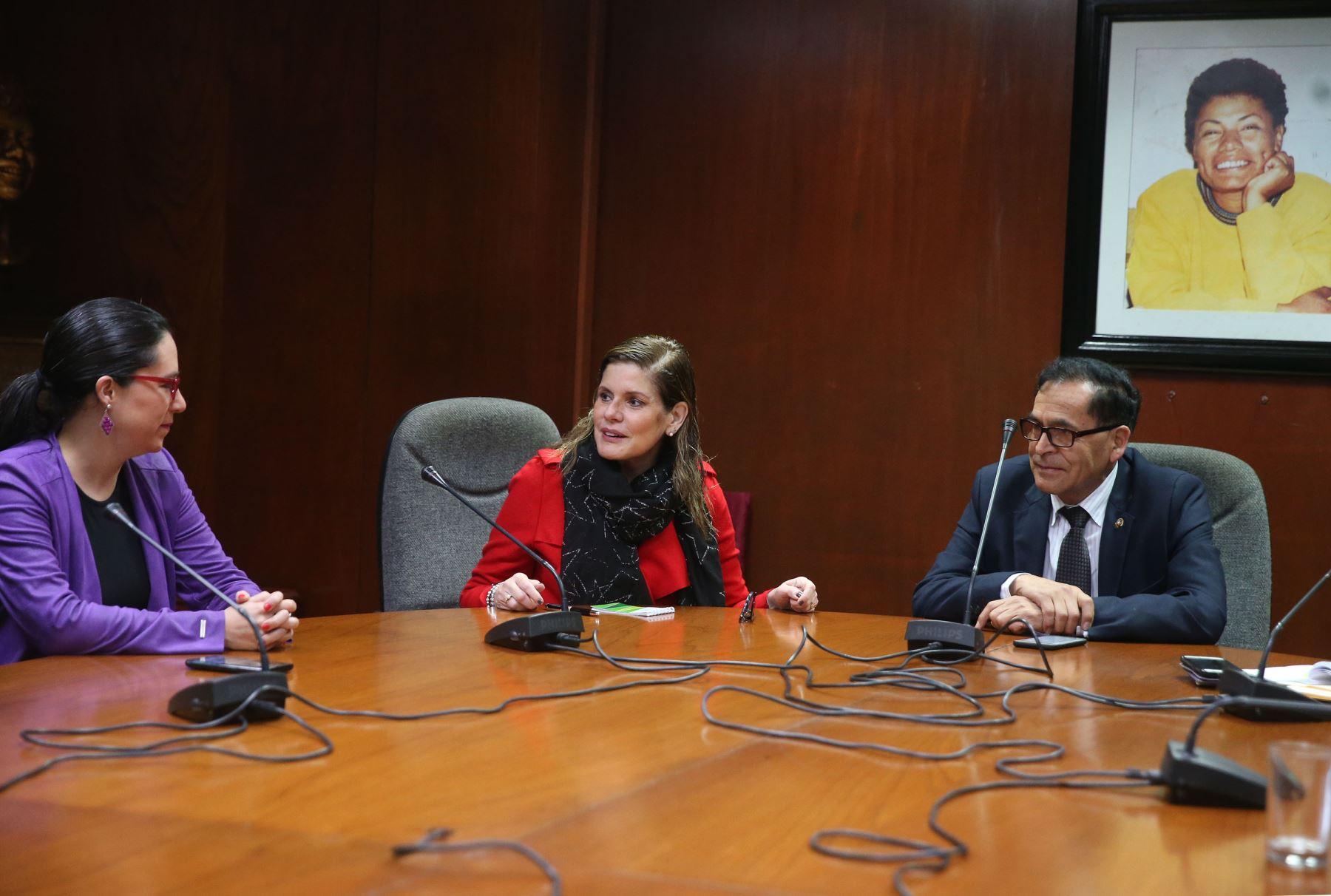 La presidenta del Consejo de Ministros, Mercedes Aráoz, se reúne con los congresistas del bloque Nuevo Perú.Foto: ANDINA/Vidal Tarqui.
