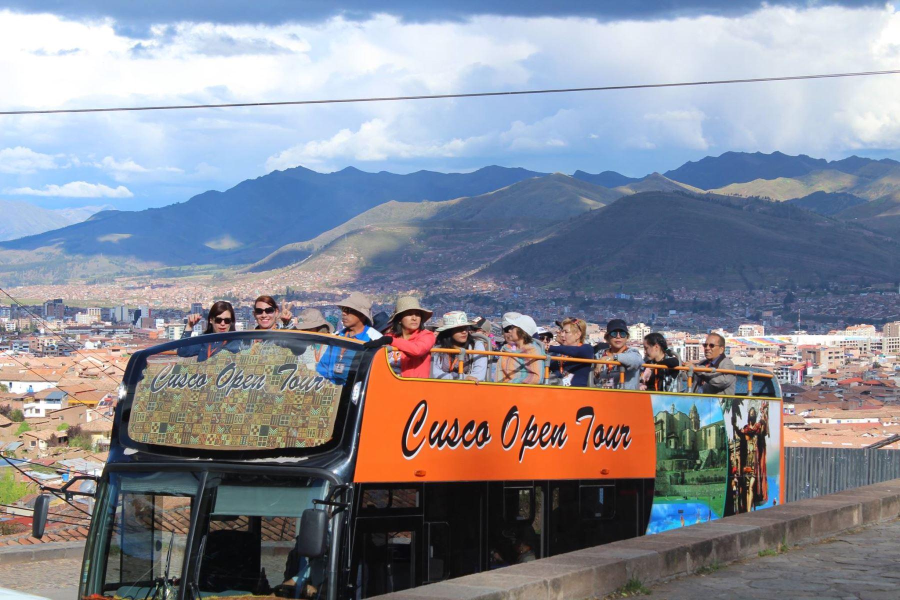 Municipio prohíbe ingreso de buses turísticos a Sacsayhuamán y centro histórico de Cusco. Foto: Redes Sociales