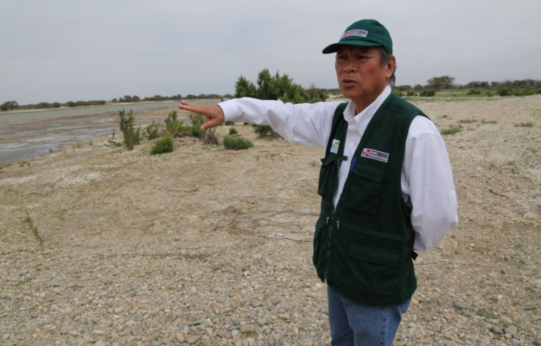Director ejecutivo de Agro Rural, Alberto Joo Chang, supervisa trabajos de encauzamiento de los ríos Chira y Piura para prevenir daños ante la proximidad de la temporada de lluvias.