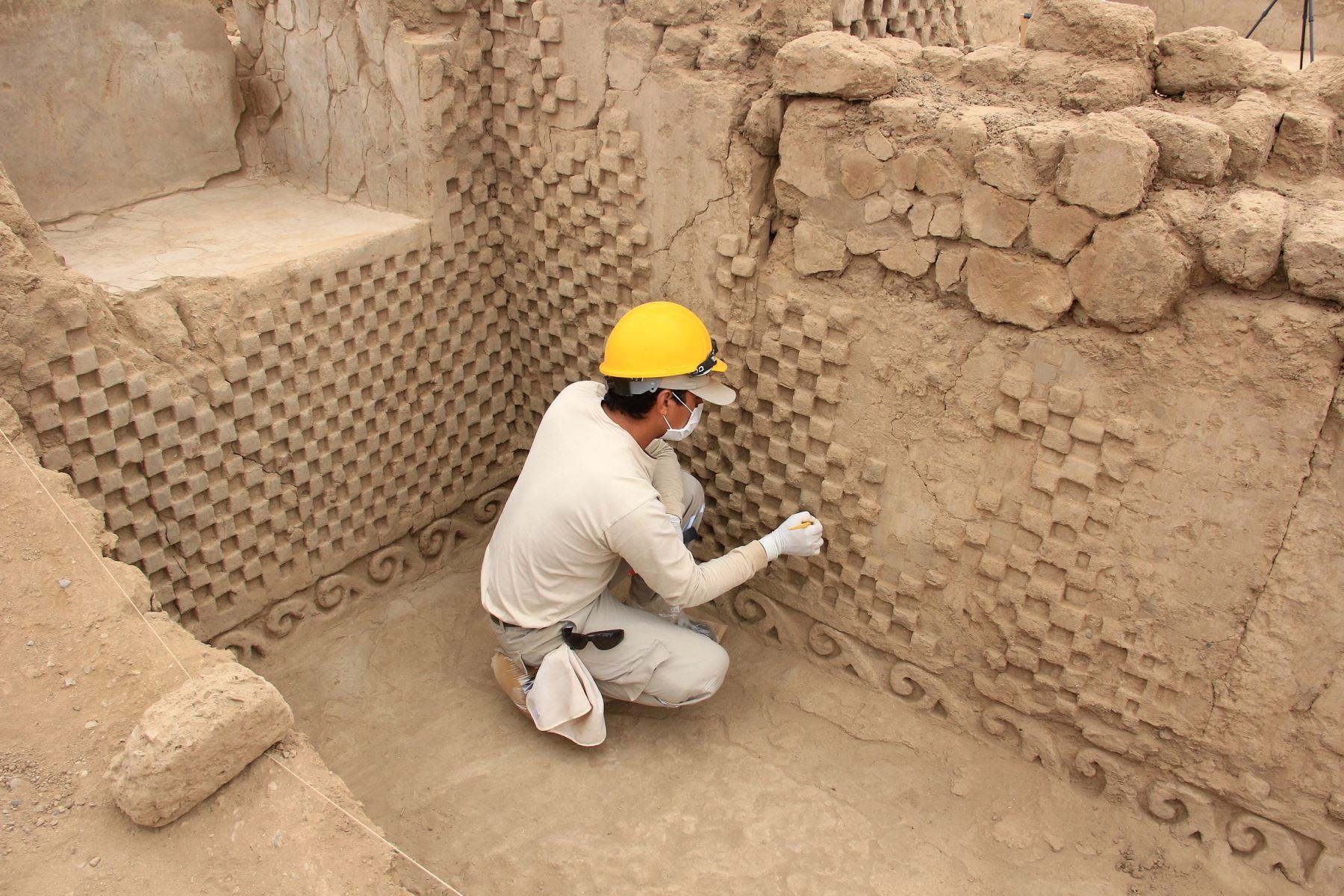 Hallan relieves de olas y escaques en muros perimetrales de Utzh An, en la ciudadela Chan Chan. ANDINA/Luis Puell
