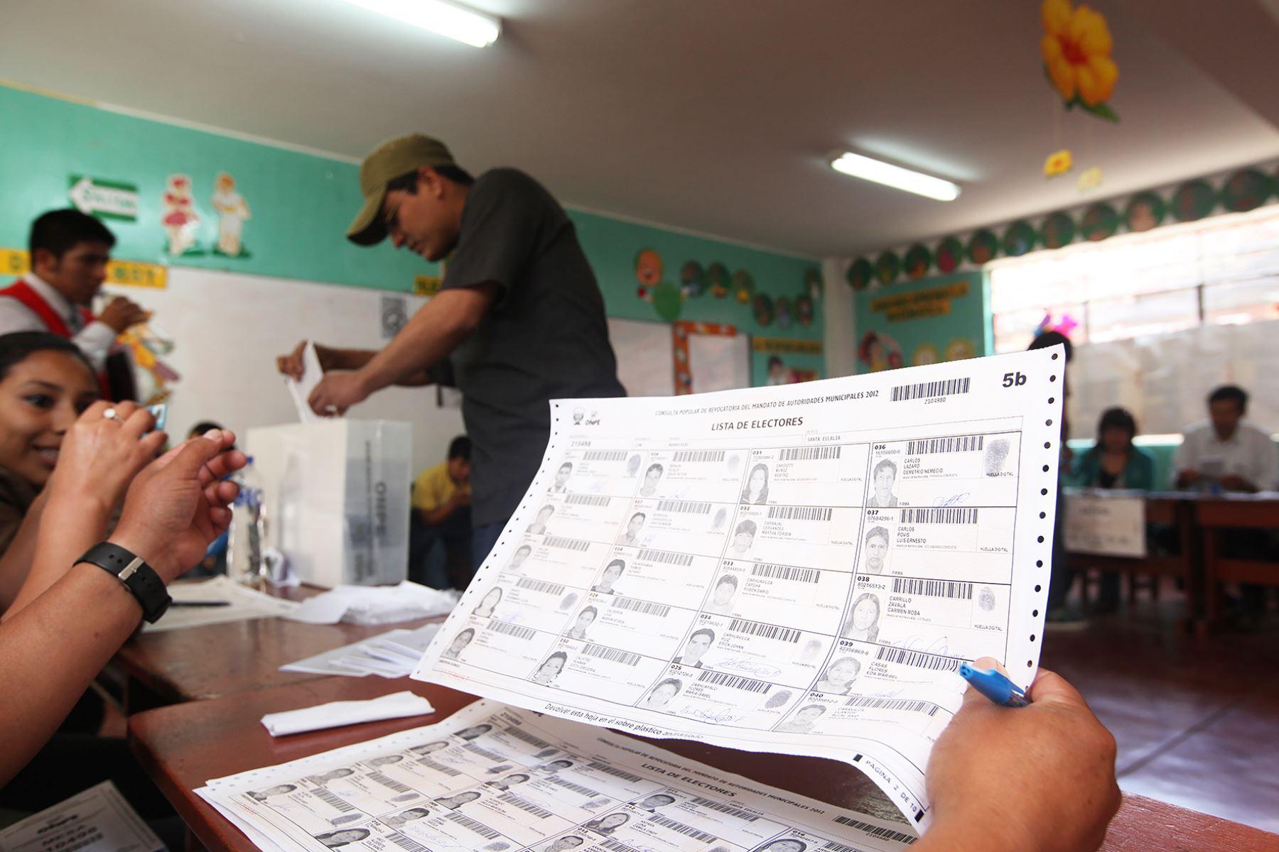 En las Elecciones Regionales y Municipales del domingo 7 de octubre de este año votarán 23 millones 374,975 ciudadanos, quienes podrán elegir a 12,903 autoridades, de acuerdo al padrón electoral elaborado por el Registro Nacional de Identificación y Estado Civil (Reniec). ANDINA/Difusión