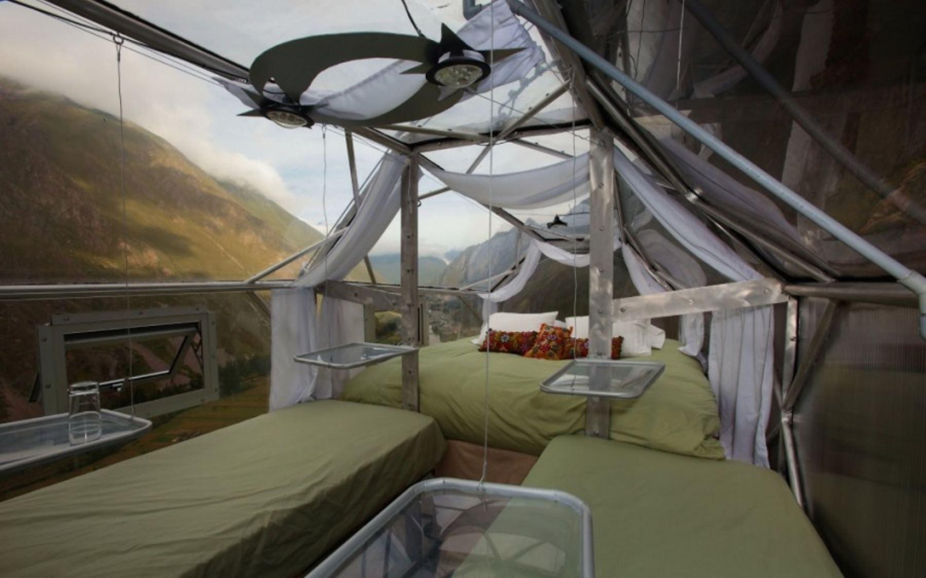 Imagine pasar la noche en un dormitorio dentro de una cápsula de vidrio suspendida a 366 metros (1,200 pies) de altura, sobre la ladera de una montaña en la provincia cusqueña de Urubamba, desde donde se tiene una vista inigualable del cielo poblado de estrellas.
