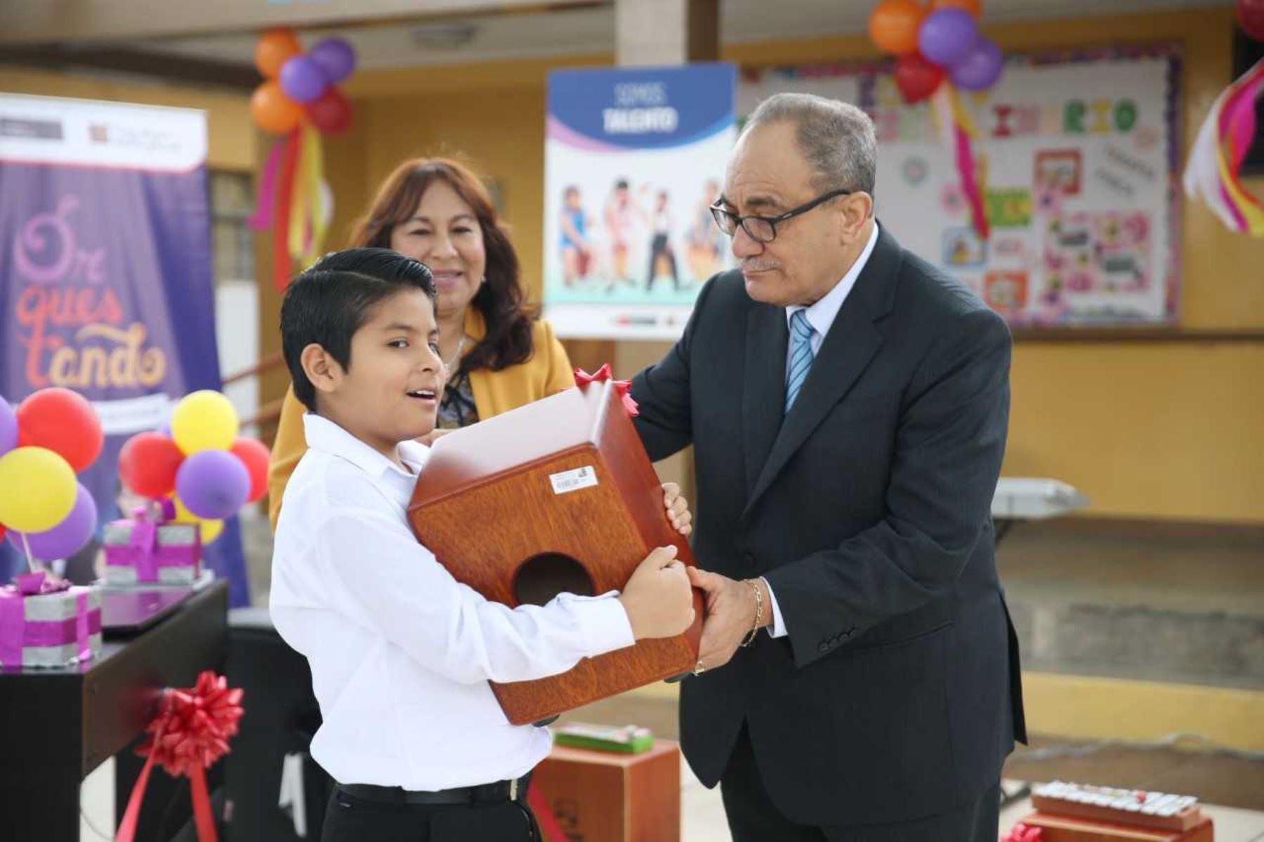 Ministro de Educación, Idel Vexler, entrega instrumentos para estudiantes con discapacidad.