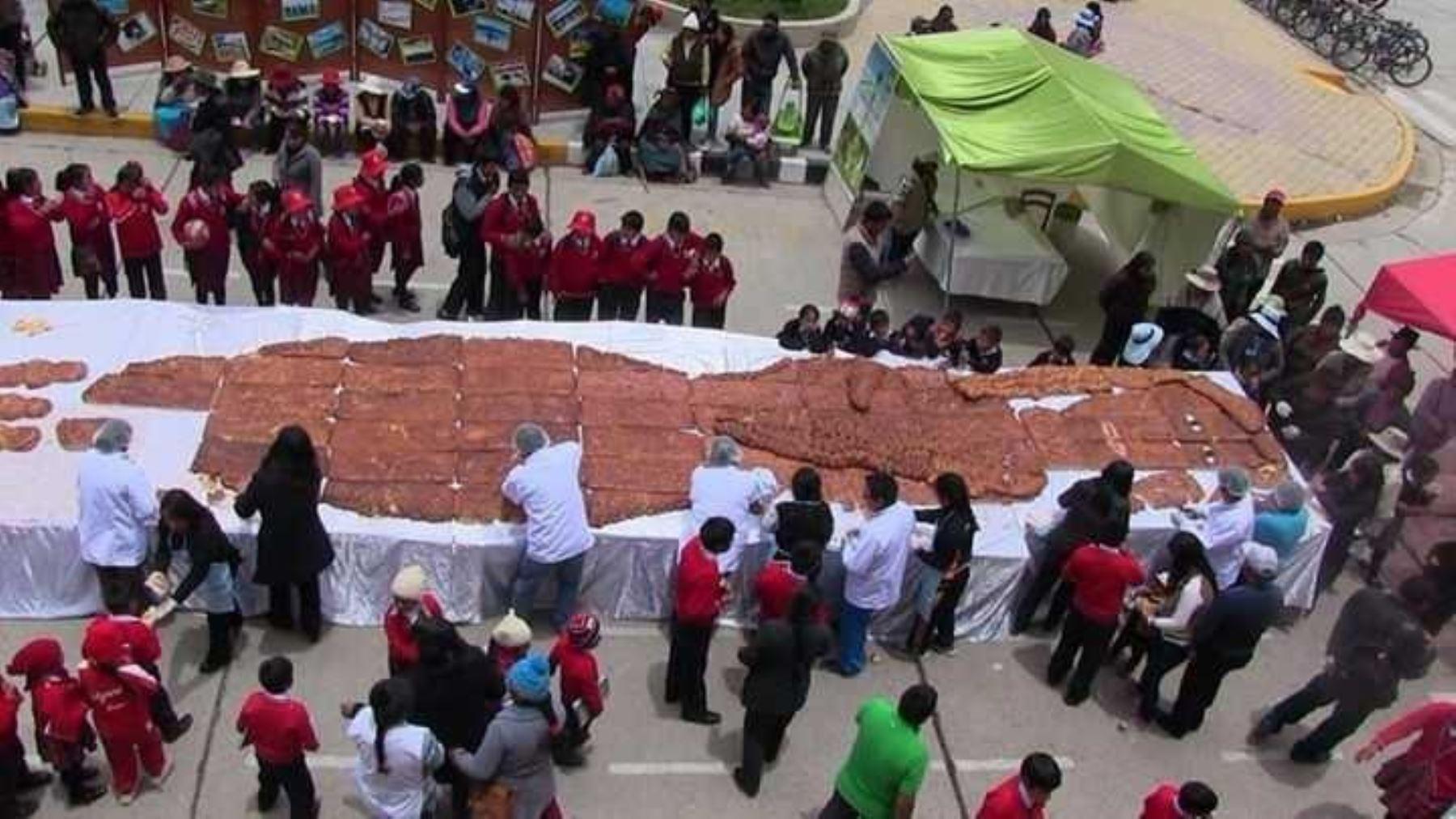 """Al conmemorarse el Día de los Difuntos, personal de la municipalidad provincial de Junín preparó la Tanta Wawa más grande del Perú, tradicional pan andino en forma de muñeco, preparado con harina de trigo, de maca y otros ingredientes oriundos de la zona, a la cual se bautizó con el nombre de """"Shimona""""."""