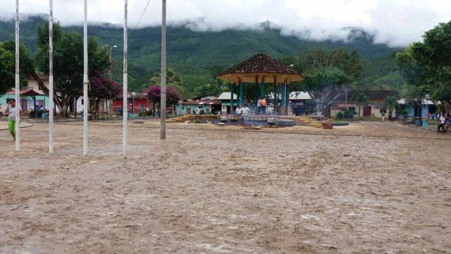 Totalmente inundada se encuentra la plaza de Shamboyacu, en Picota. Foto: Captura TV.