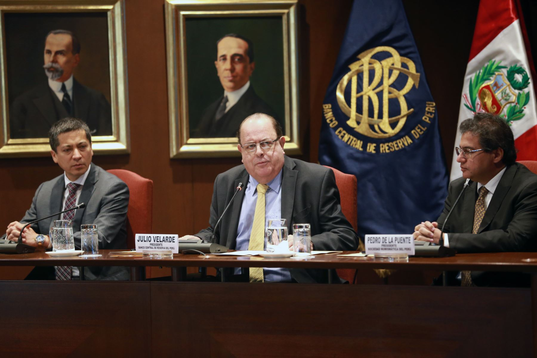 Presidente del BCR, Julio Velarde (al centro) en presentación de nueva moneda de 1 sol, alusiva al cocodrilo de Tumbes. ANDINA/Norman Córdova