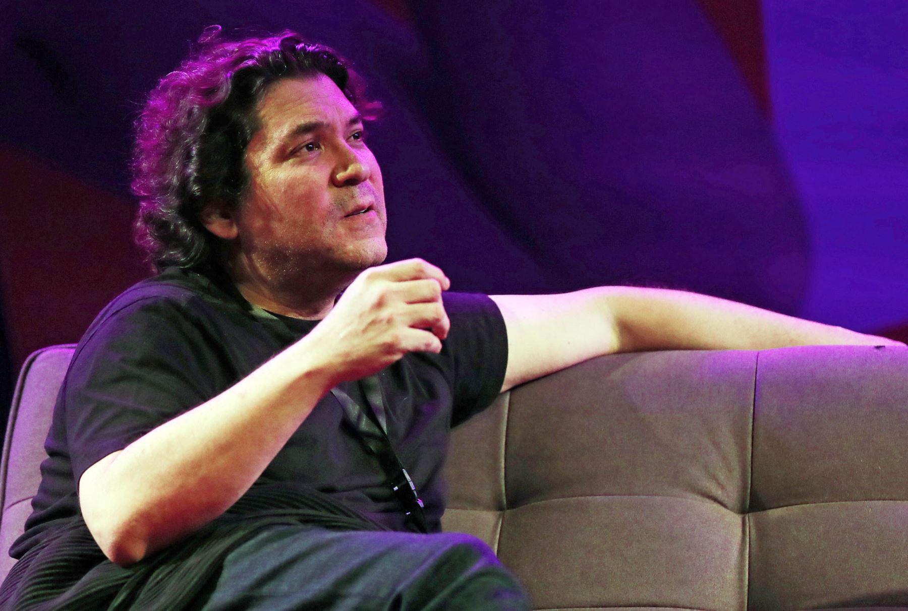 El cocinero y empresario peruano Gastón Acurio habla durante la Feria Internacional del Libro de Santiago en Chile. Foto: EFE