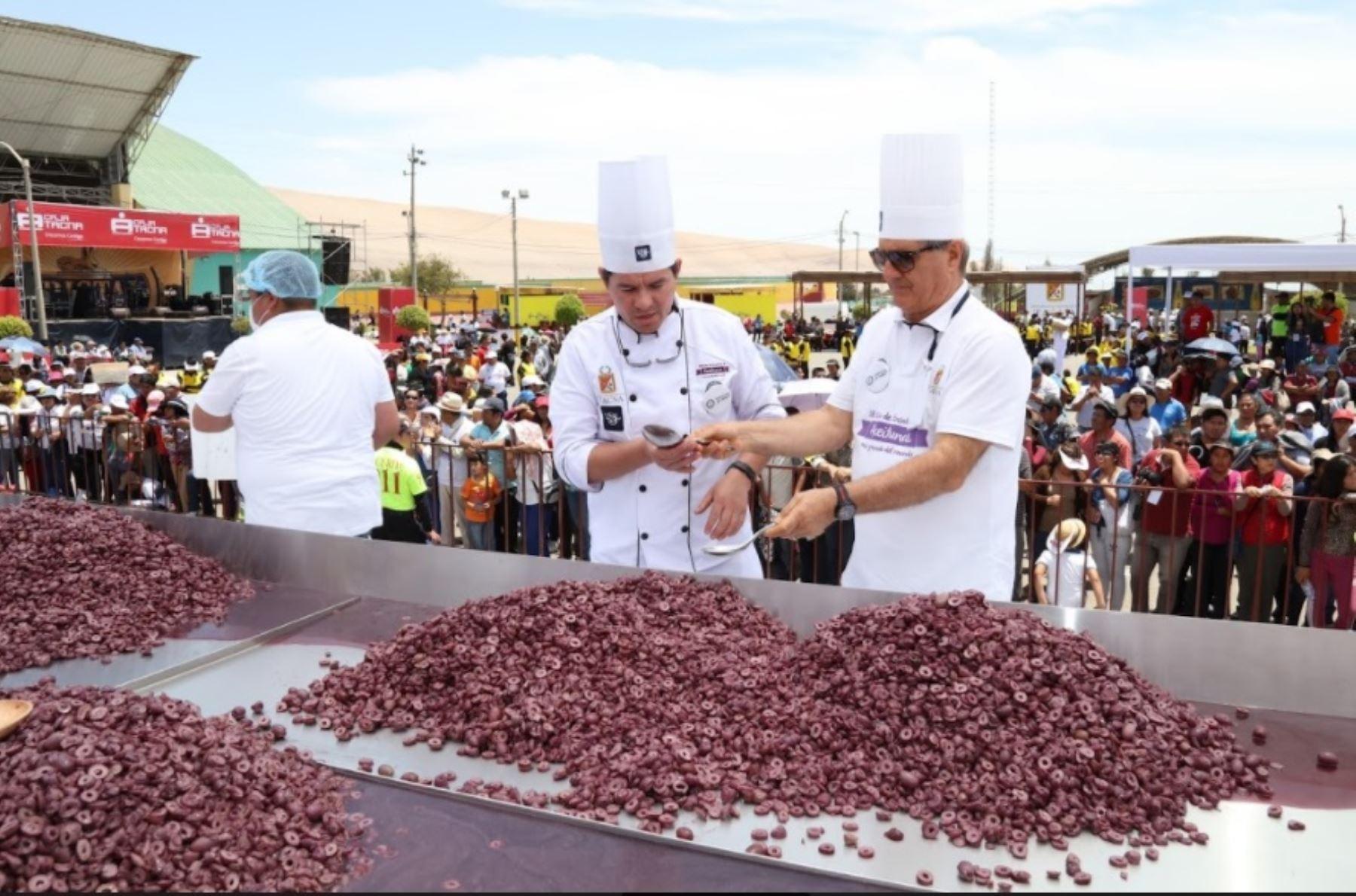 En la elaboración de este platillo se utilizaron alrededor de 250 kilos de aceituna tacneña en sus variedades negra y verde.