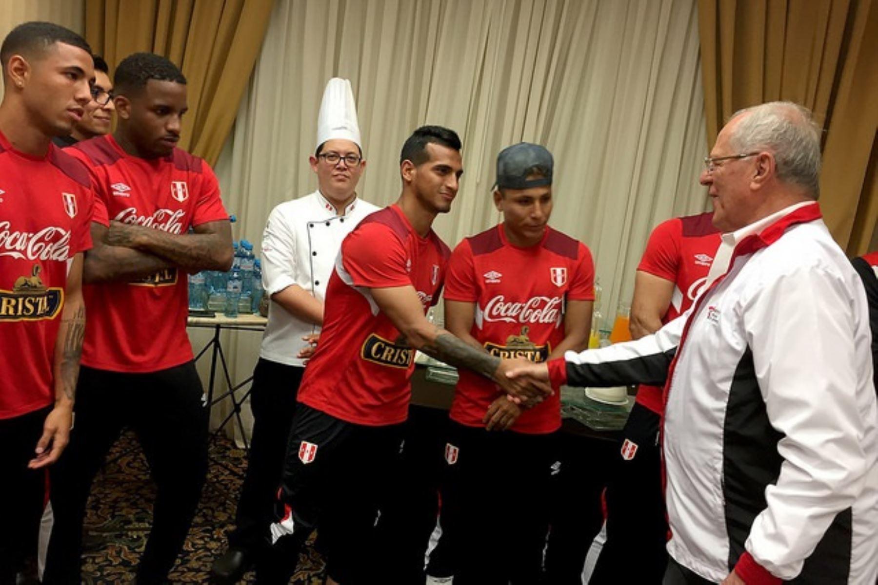 Presidente Pedro Pablo Kuczynski visita a la selección de fútbol previo al partido con Nueva Zelanda.