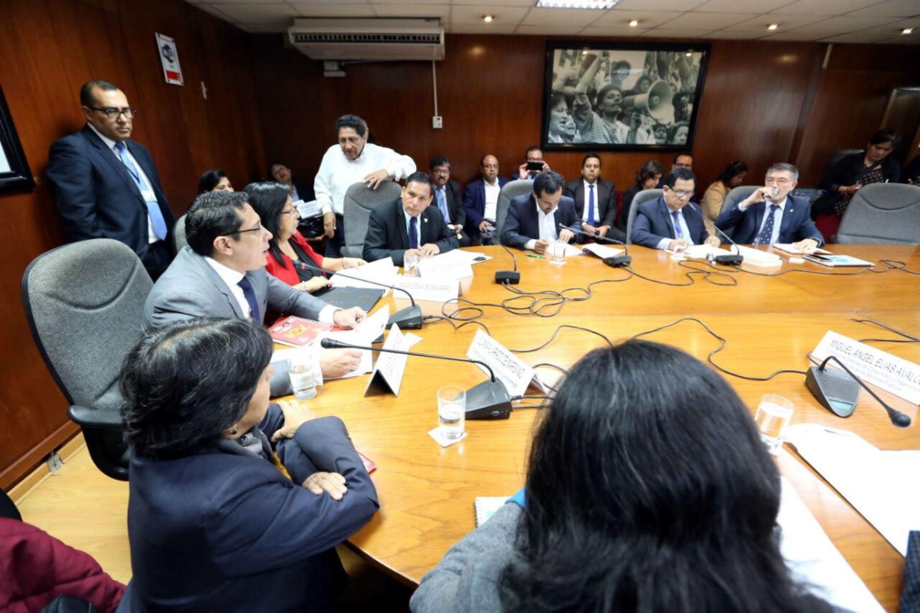Comisión de Defensa al Consumidor del Congerso, presidido por congresista Miguel Castro (FP)