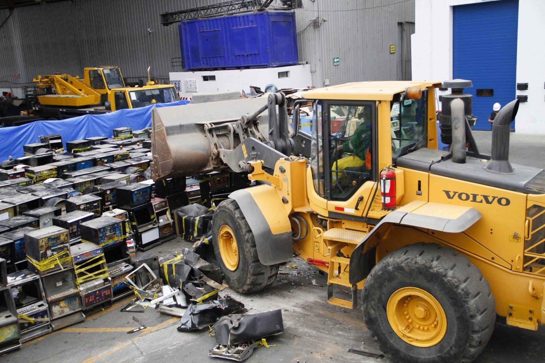 Destrucción de máquinas tragamonedas ilegales. Foto: Andina/Difusión