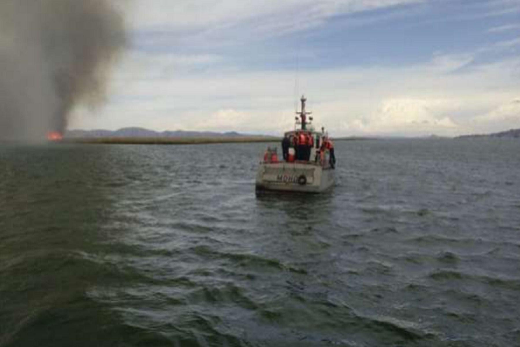 Para sofocar el incendio forestal participaron bomberos y personal de la Marina de Guerra.