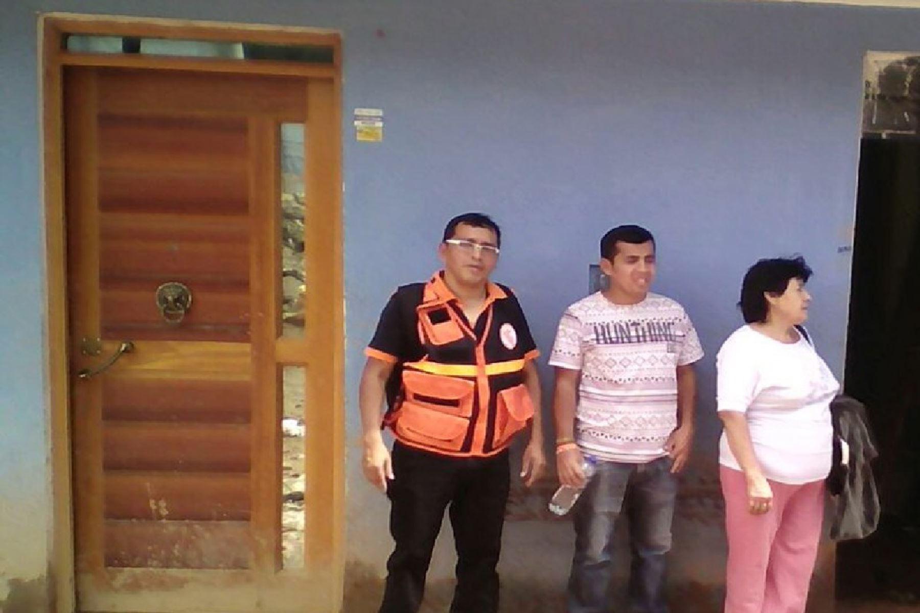Apoyo conjunto del Ejército, Policía Nacional y pobladores para limpiar viviendas inundadas.