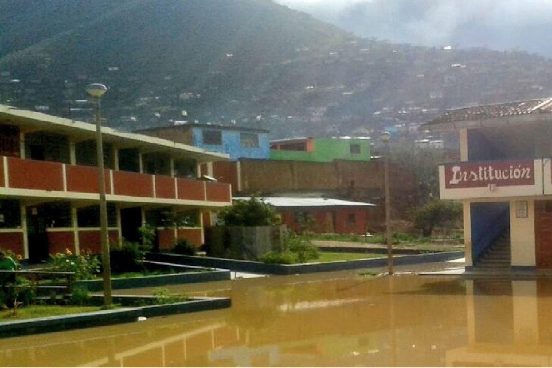 Habilitaron aulas del Colegio Rómulo Soto del sector uno San Luis del distrito de Amarilis, que quedó inundado.