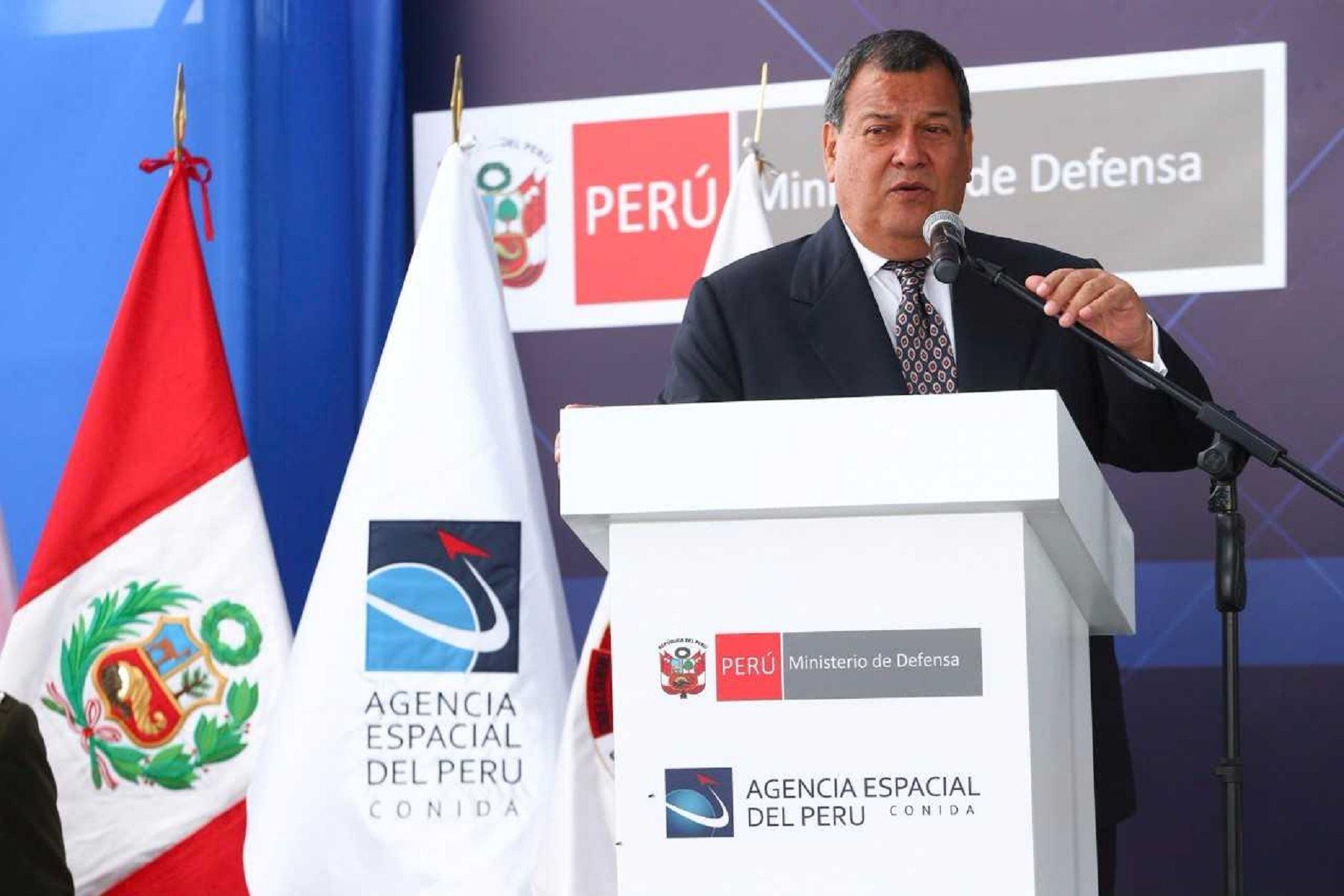 Ministro de Defensa destaca los usos del satélite PerúSat en diversos campos.