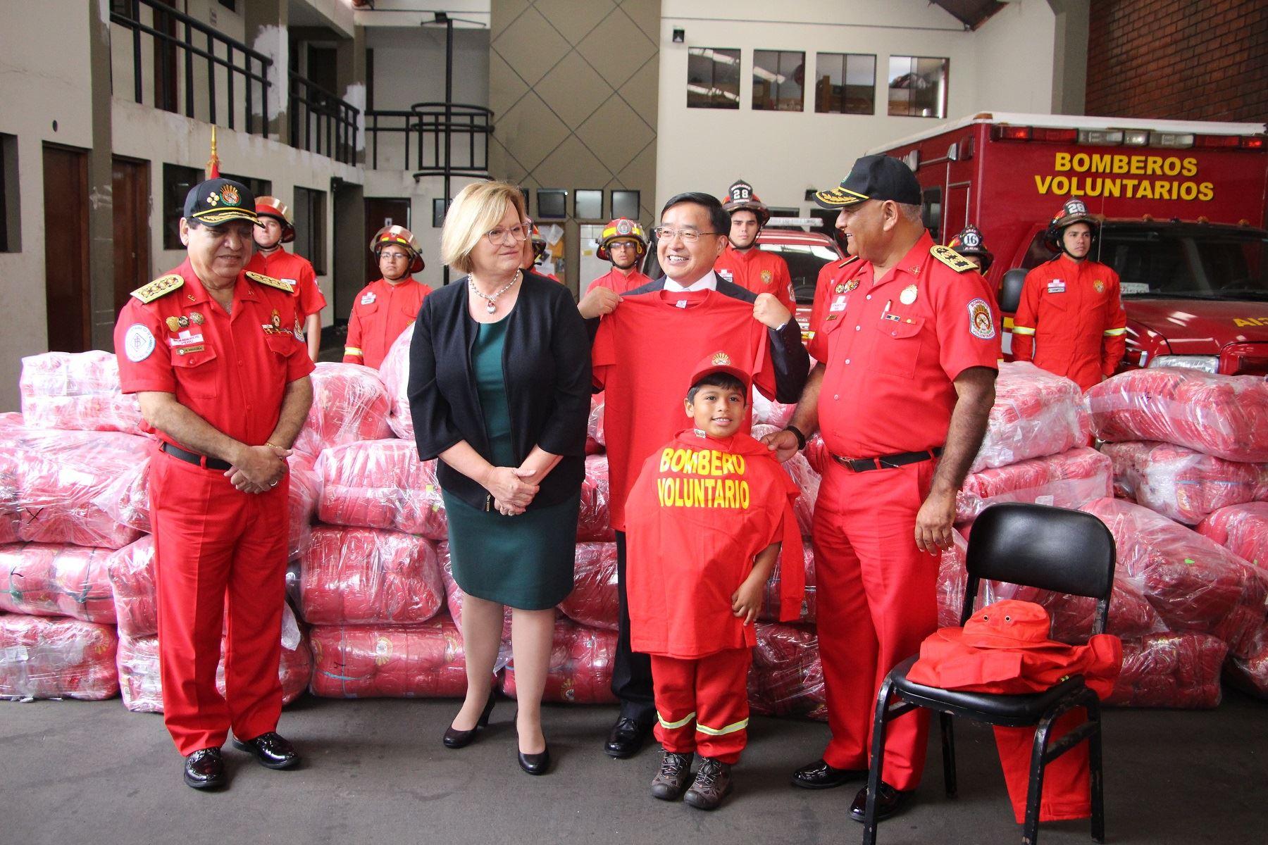 Embajador de China, Jia Guide, y prima dama Nancy Lange en la entrega de donación de materiales de bomberos.