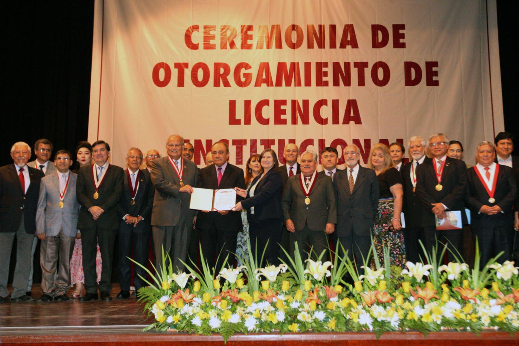 Diferentes autoridades asistieron a ceremonia de entrega de licenciamiento institucional de la UNI. Foto: ANDINA/Héctor Vinces
