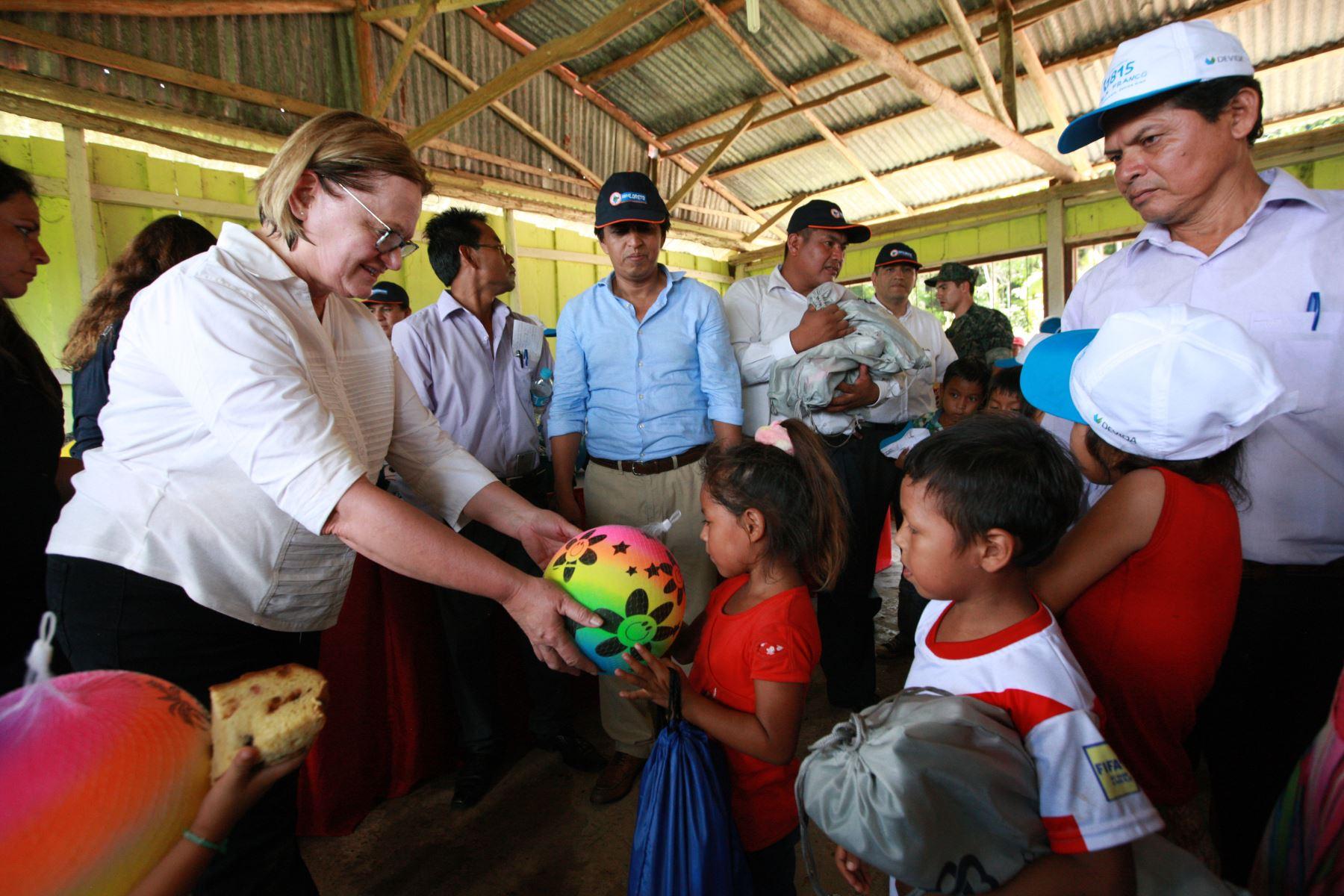 Nancy Lange, esposa del presidente Pedro Pablo Kuczynski, canalizó hoy la entrega de mobiliario, ropa, zapatillas, tanques de agua, implementos de cocina y regalos a dos instituciones educativas de la comunidad de Santa Cruz, en la provincia de Nauta, en Iquitos. Foto: ANDINA/Dante Zegarra