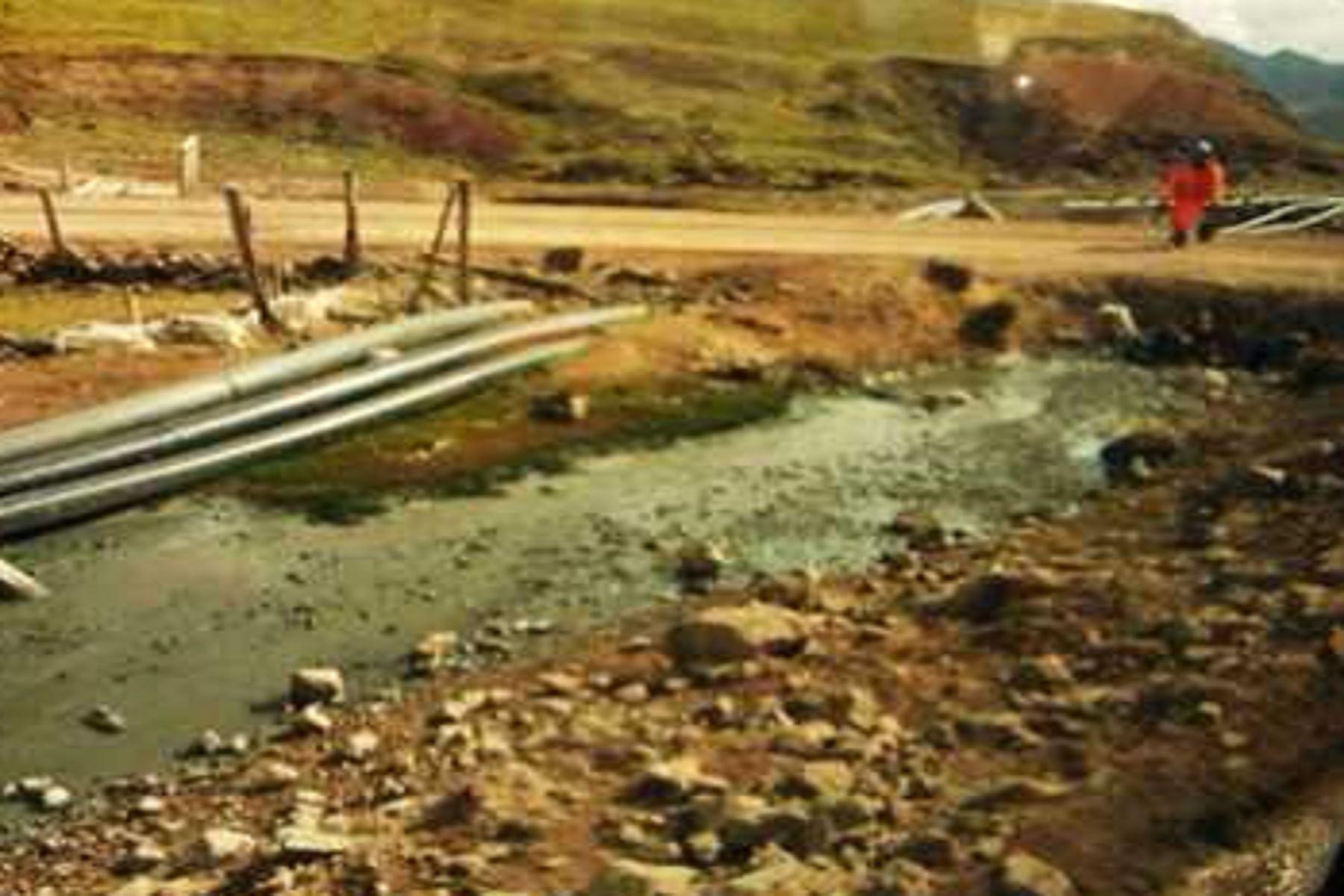 Debido al desborde de relaves mineros de la empresa Pan American SIlver, el afluente por donde pasa el cauce del río San José Negro y varias hectáreas de terrenos pastizales se han visto afectados, denunciaron los comuneros.